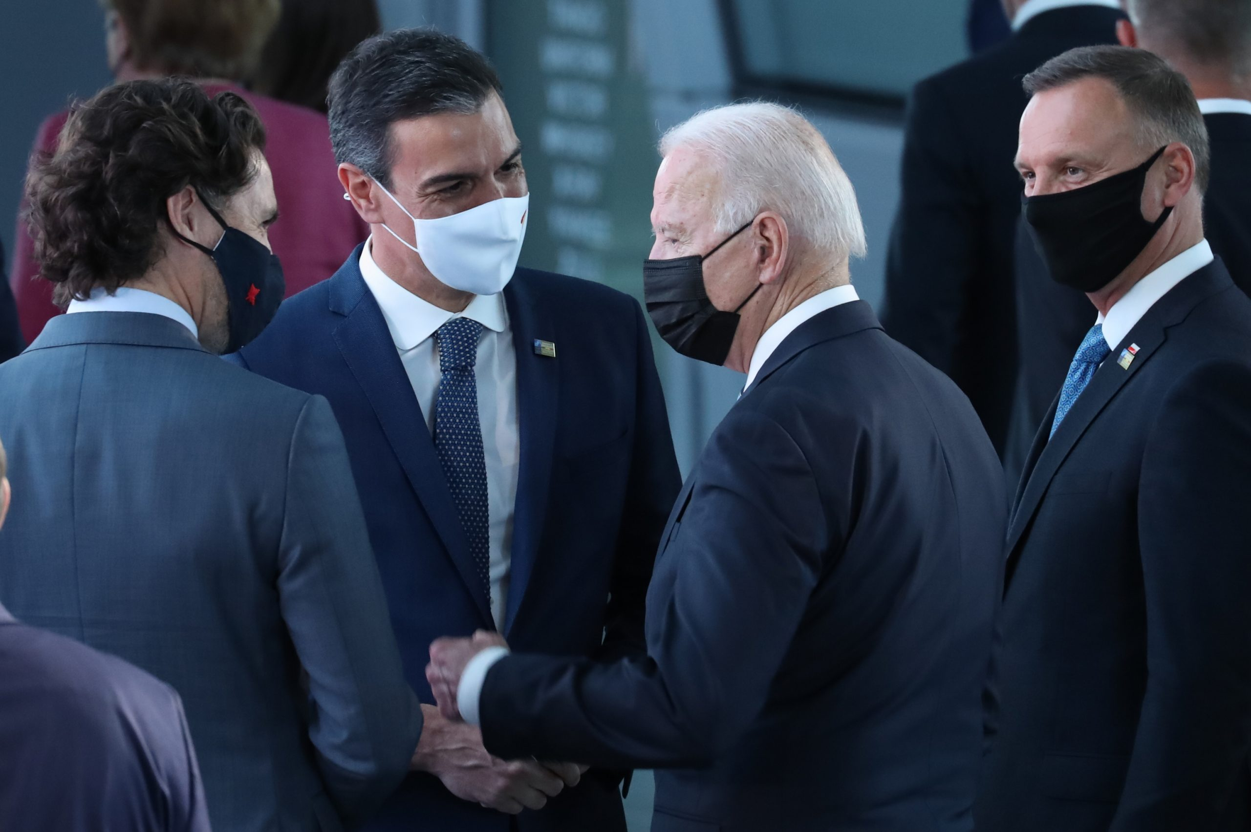 Biden i Sánchez mantenen una breu conversa d'uns 30 segons al passadís de la OTAN BENOIT DOPPAGNE /  BELGA /  DPA