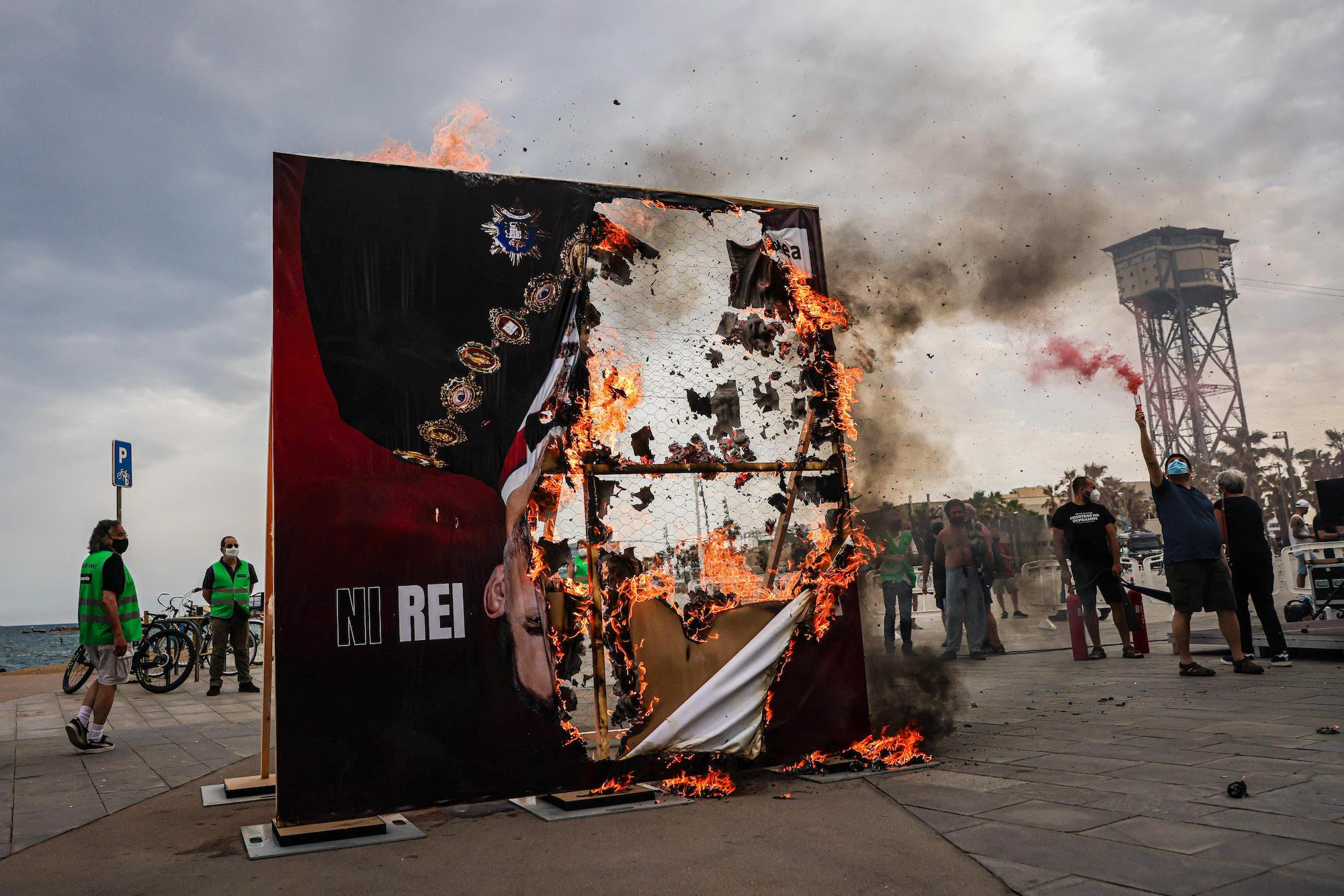 Crema d'una imatge gegant de Felip VI a prop de l'hotel on es fa el sopar del Cercle d'Economia / Jordi Borràs