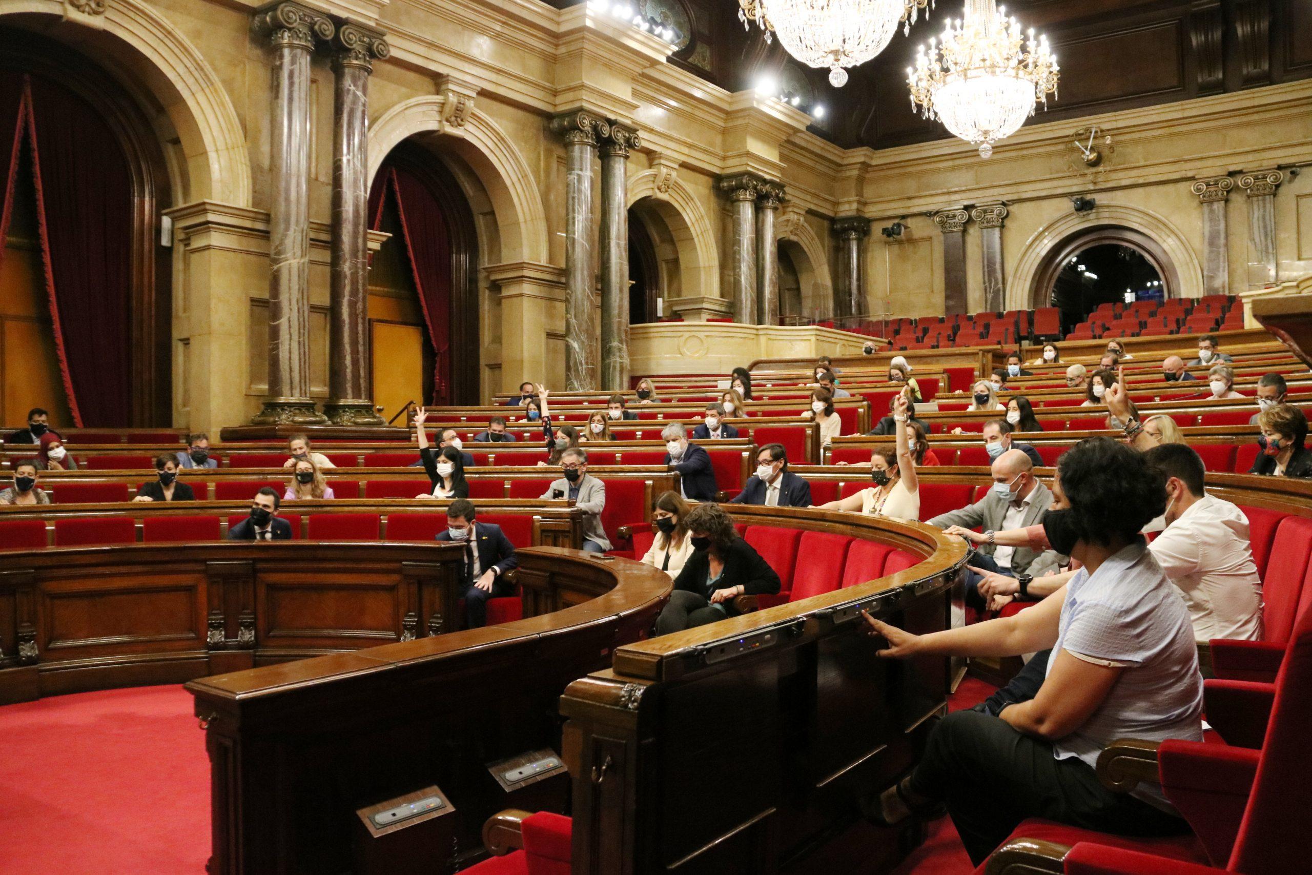 L'hemicicle, amb els grups votant una moció durant el ple / ACN
