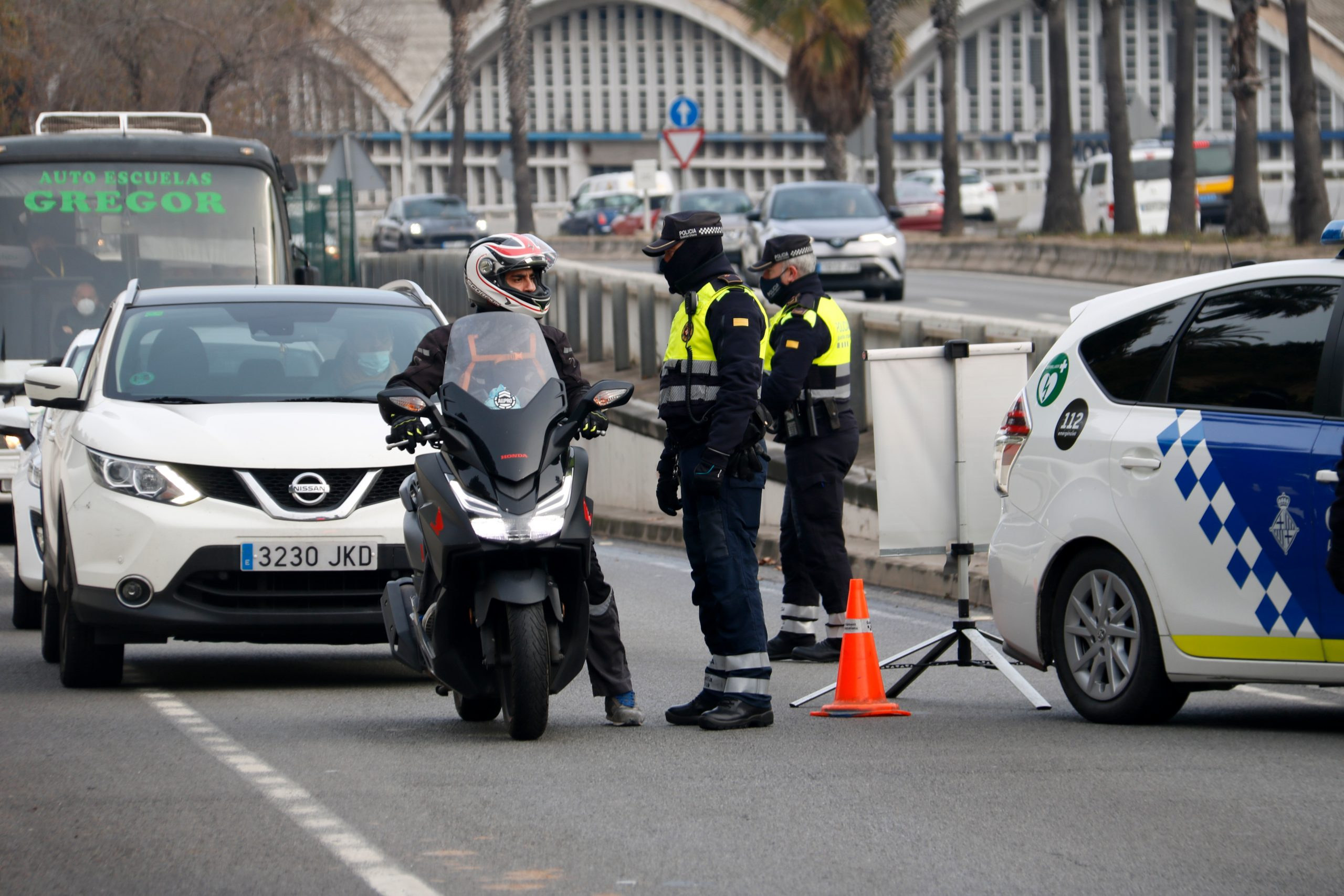 La Guàrdia Urbana de Barcelona parla amb un motorista durant un control a la Ronda Litoral arran del confinament municipal | ACN