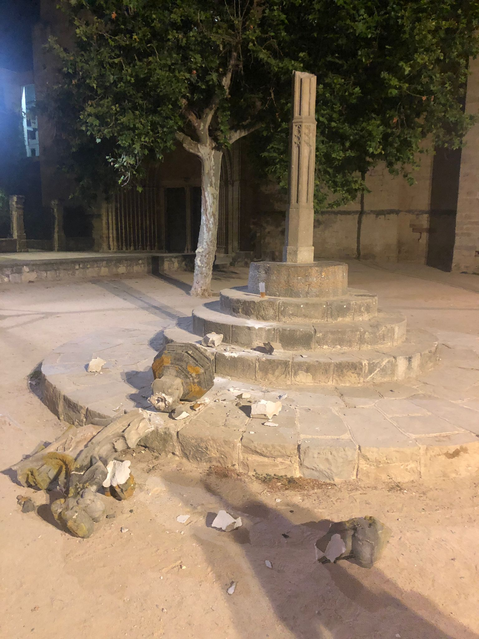 Imatge de com ha quedat la creu de terme del Camí dels Monjos davant l'església del monestir de Sant Cugat del Vallès / ACN