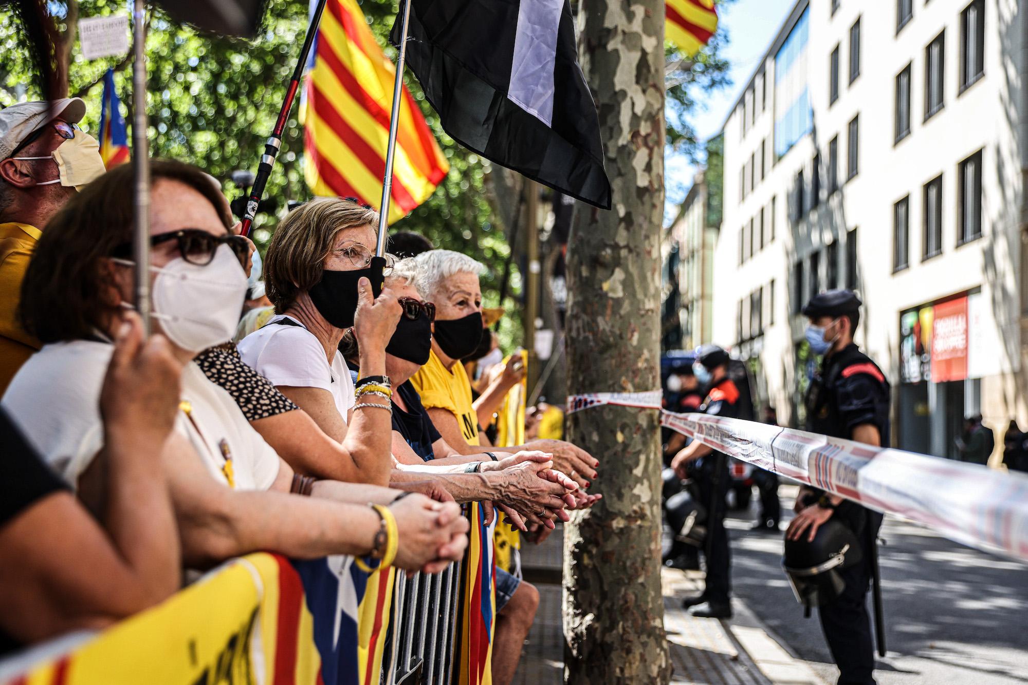 Manifestants en la protesta contra la presència de Pedro Sánchez al Liceu per fer el seu discurs en defensa dels indults / Jordi Borràs