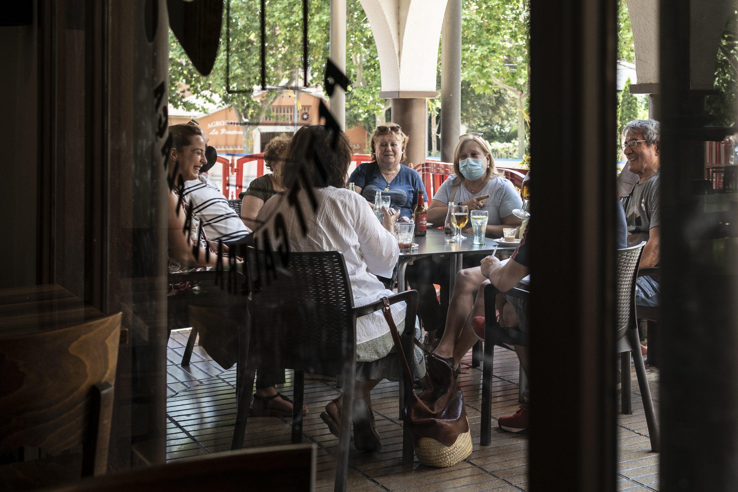 Amics i coneguts de Jordi Turull aquest dimarts a Parets del Vallès després de conèixer la concessió del seu indult / Mireia Comas