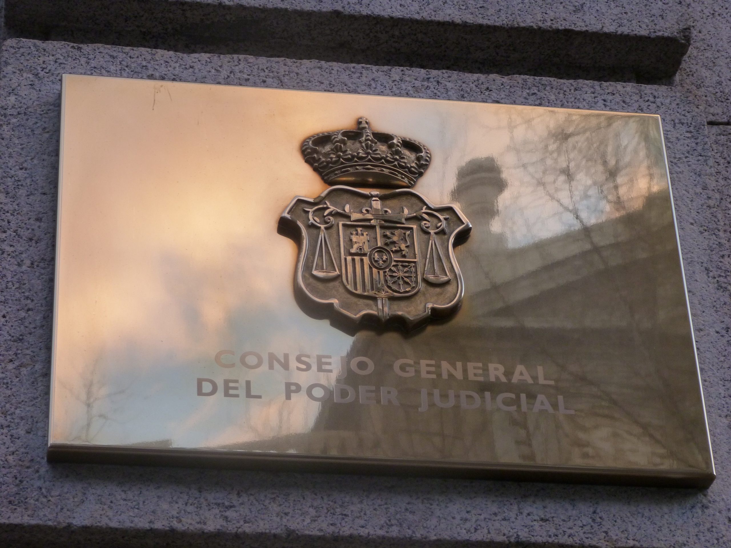 L'escut del Consell General del Poder Judicial (CGPJ), el màxim organ judicial de l'Estat espanyol, a la façana de la seu a Madrid | ACN