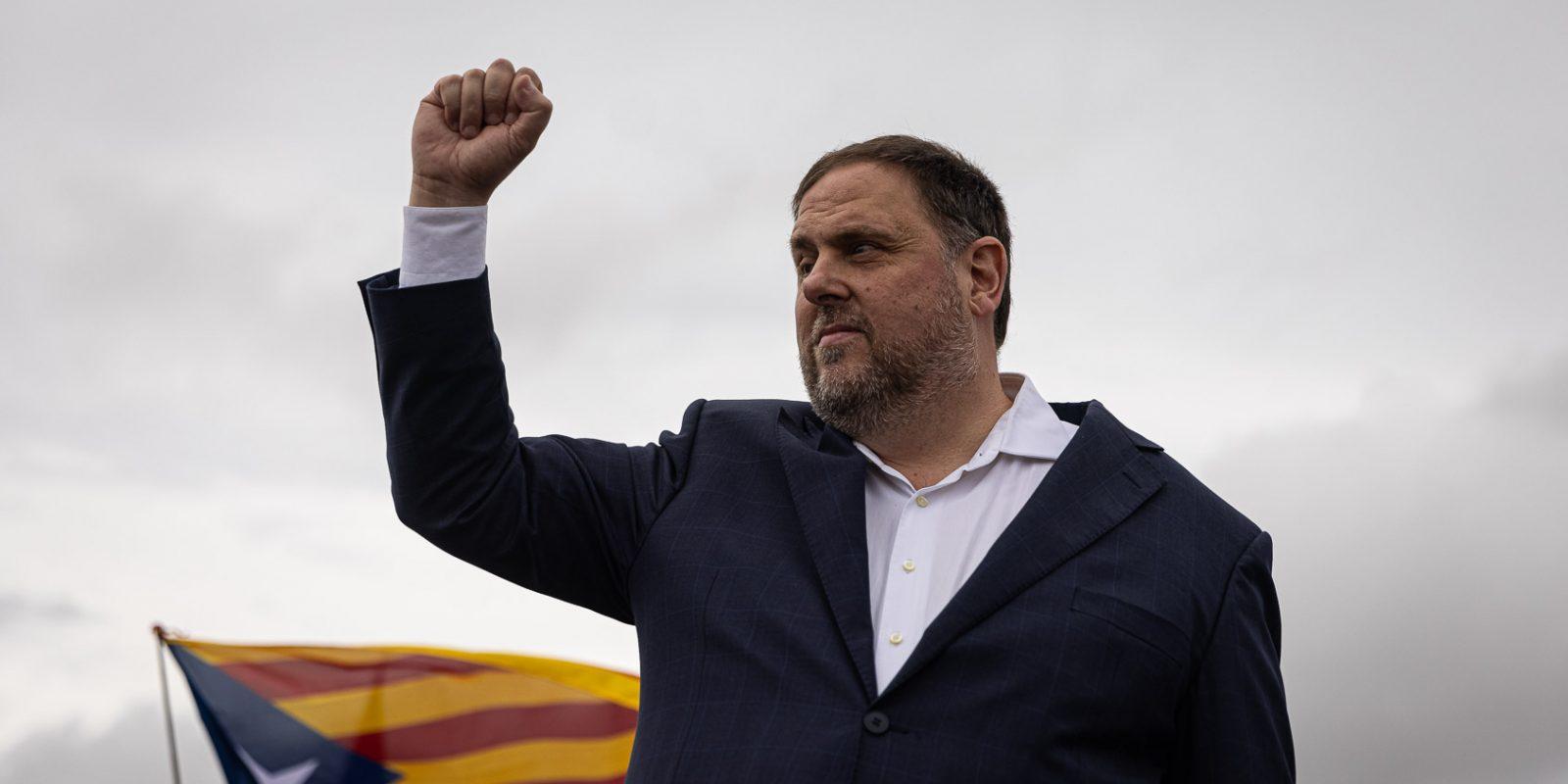 Oriol Junqueras, puny enlaire, a la sortida de Lledoners el dia de l'alliberament dels presos per l'indult / Jordi Borràs
