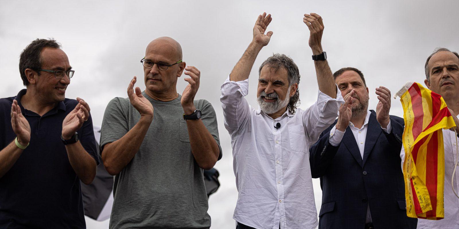 Josep Rull, Raül Romeva, Jordi Cuixart, Oriol Junqueras i Jordi Turull, el dia de l'alliberament dels presos polítics de l'1-O per l'indult, a la sortida de Lledoners / Jordi Borràs