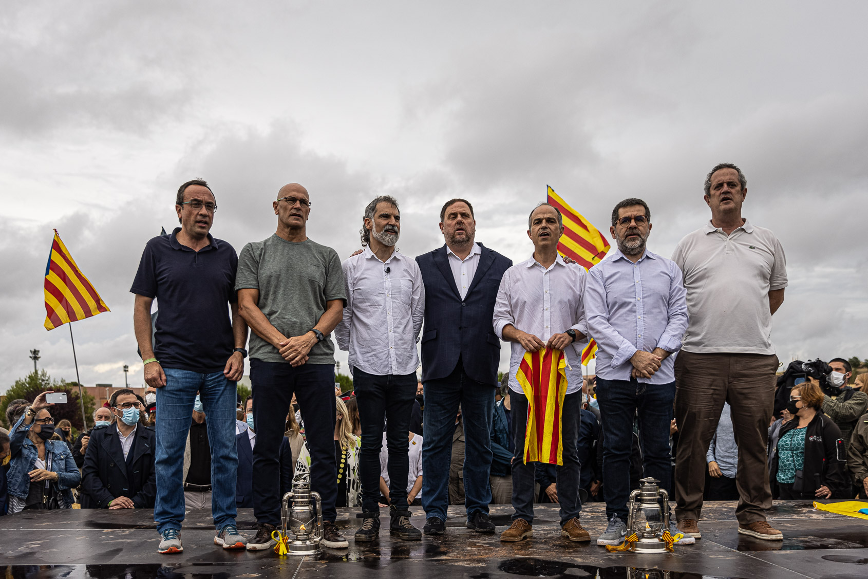 Josep Rull, Raül Romeva, Jordi Cuixart, Oriol Junqueras, Jordi Turull, Jordi Spanchez i Quim Forn el dia de l'alliberament dels presos polítics de l'1-O per l'indult, a la sortida de Lledoners / Jordi Borràs