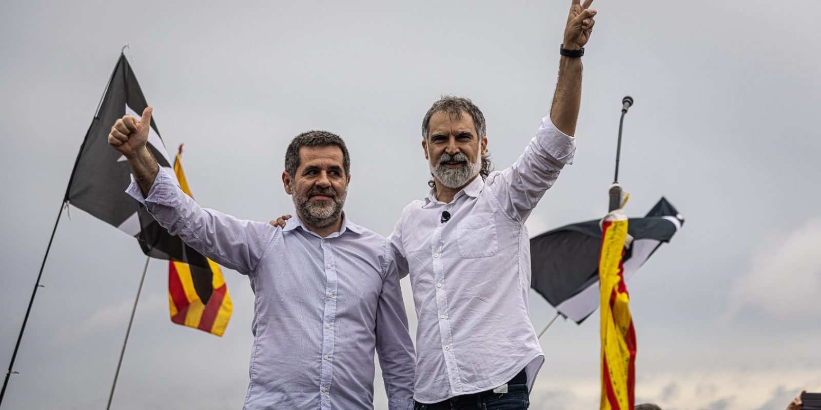 Jordi Sànchez i Jordi Cuixart, el dia de l'alliberament dels presos polítics de l'1-O per l'indult, a la sortida de Lledoners / Jordi Borràs
