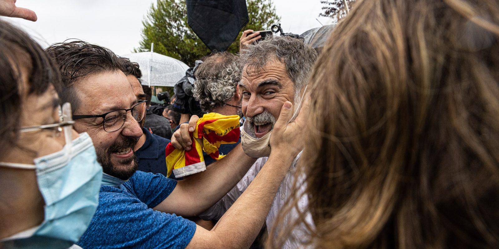 Jordi Cuixart esclatant d'alegria enmig de la gentada el dia de l'alliberament dels presos polítics de l'1-O per l'indult, a la sortida de Lledoners / Jordi Borràs