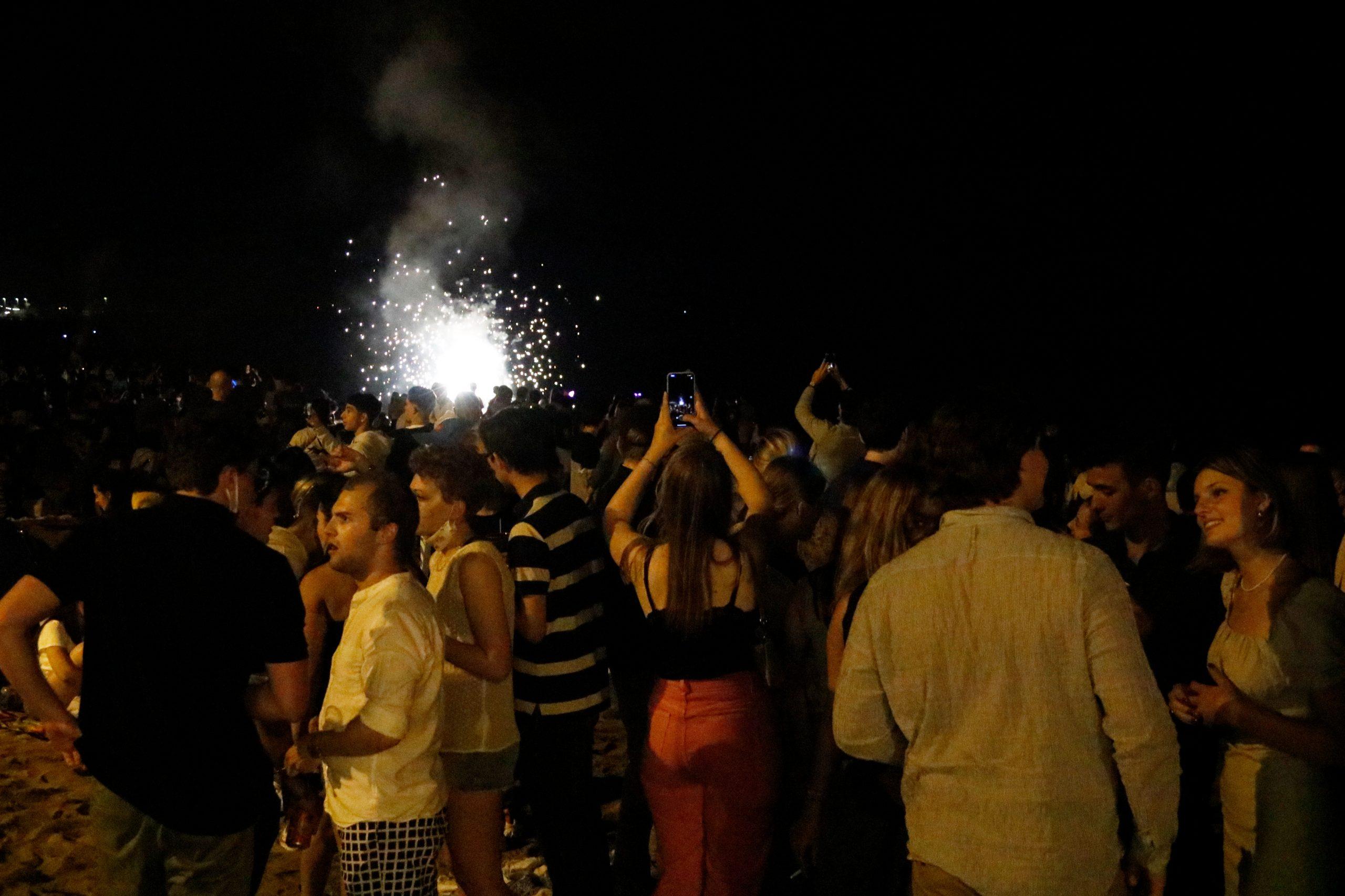 La celebració de la revetlla de Sant Joan d'aquest 2021 a la platja de la Barceloneta / ACN