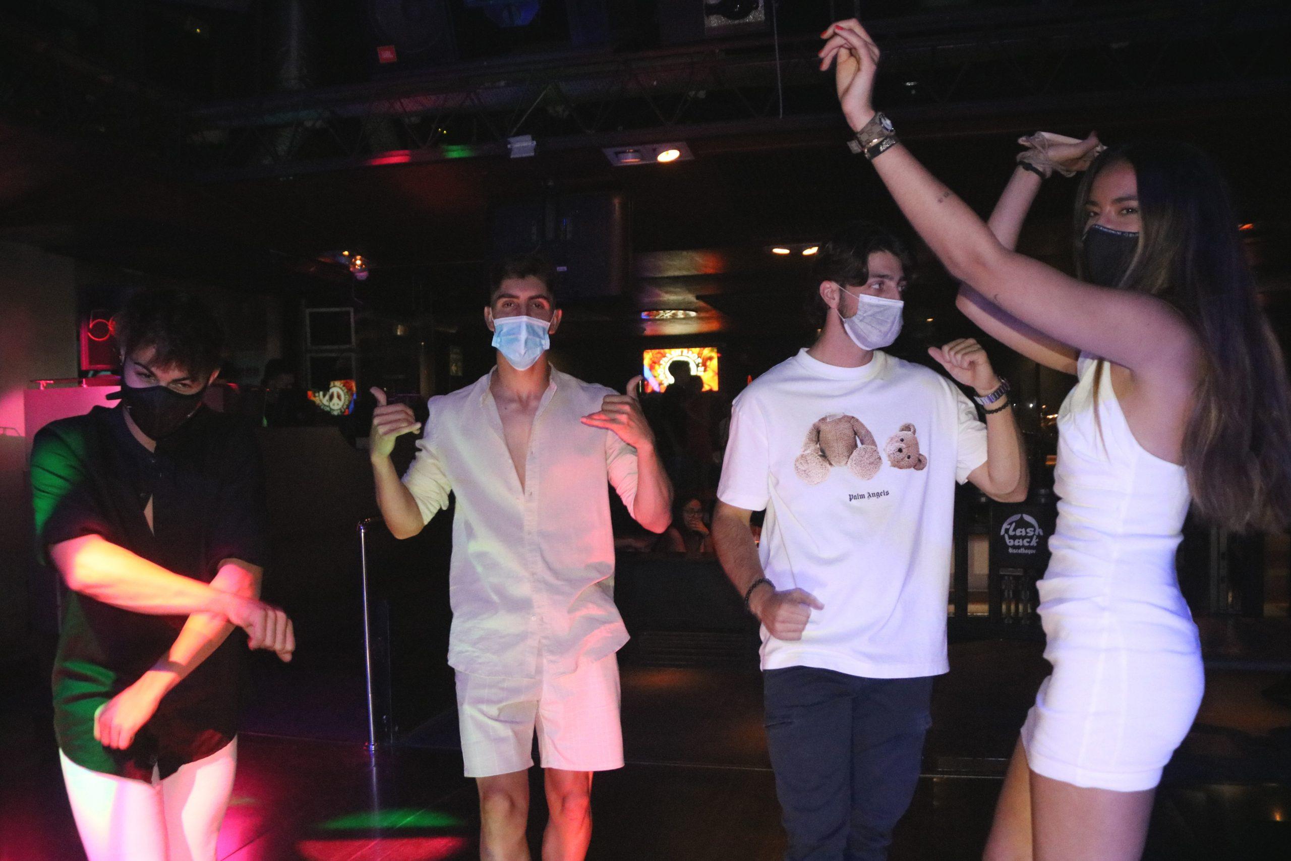 Un grup de joves que balla amb mascareta a la pista d'una discoteca de Salou / ACN