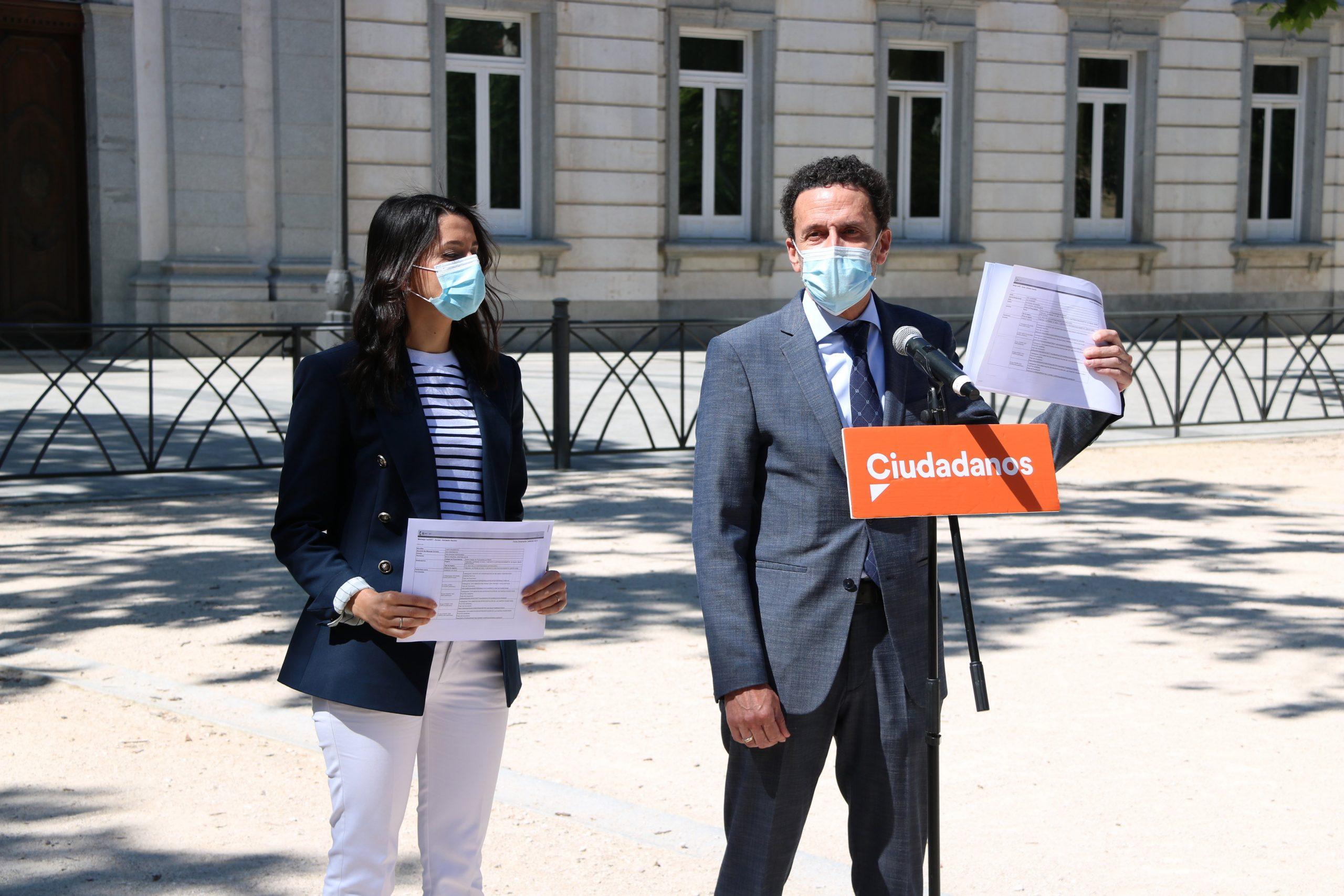 El portaveu de Cs, Edmundo Bal, i la presidenta del partit, Inés Arrimadas, davant del Suprem amb els recursos contra els indults a les mans / ACN