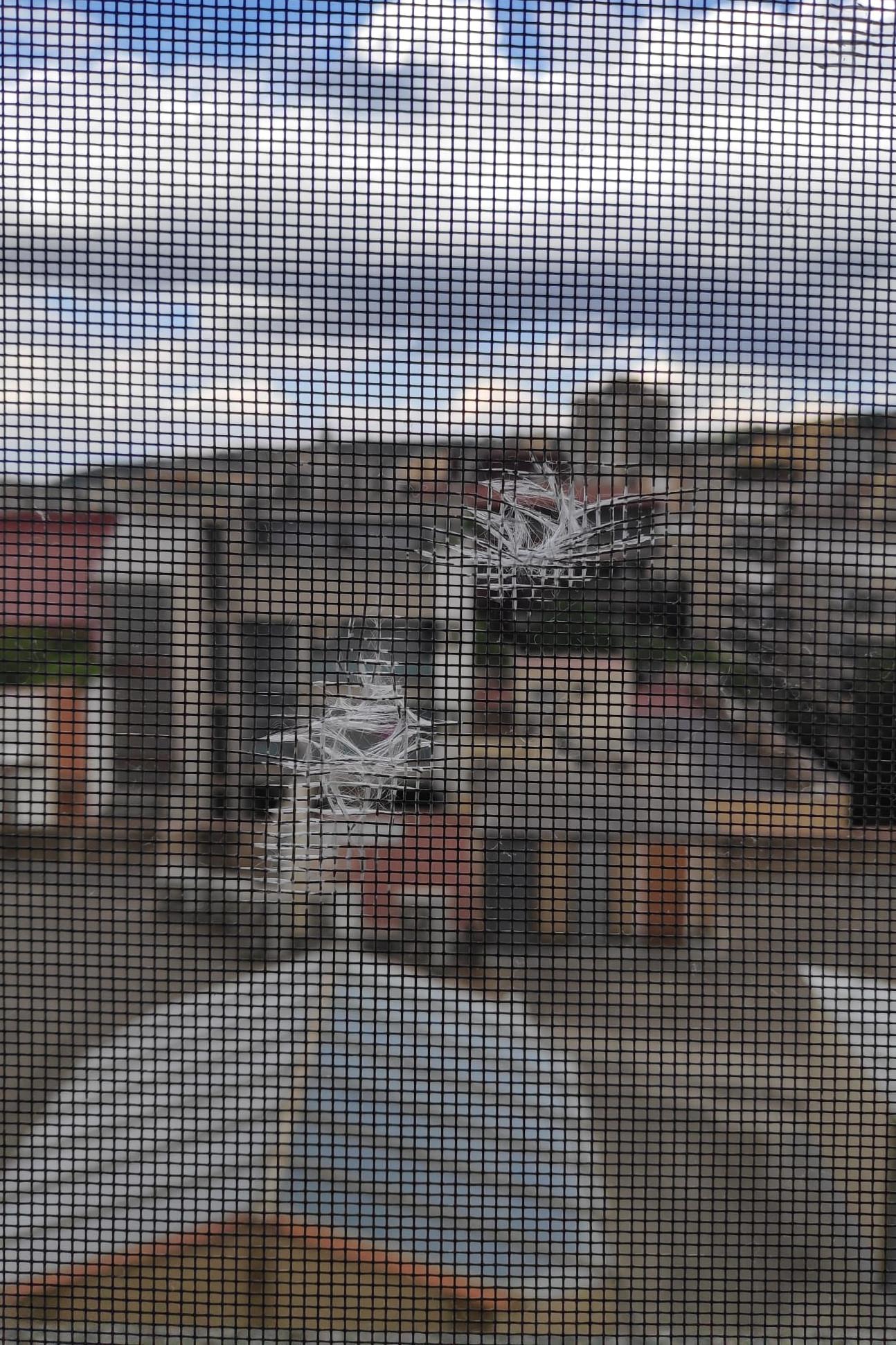 Els forats que han aparegut en una finestra del centre / ACN
