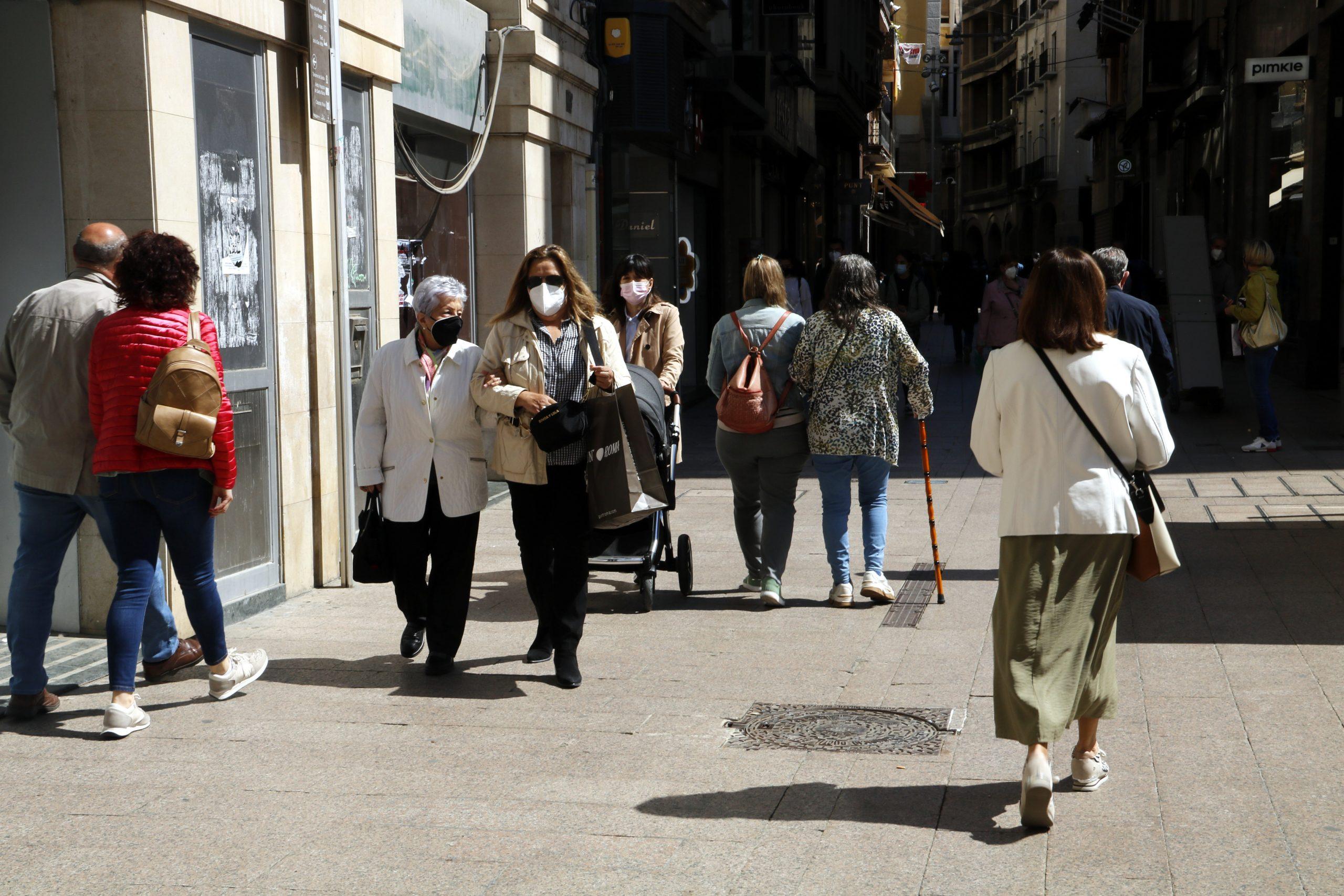 L'Eix Comercial de Lleida amb gent caminant amb mascareta, el 4 de maig de 2021 / ACN