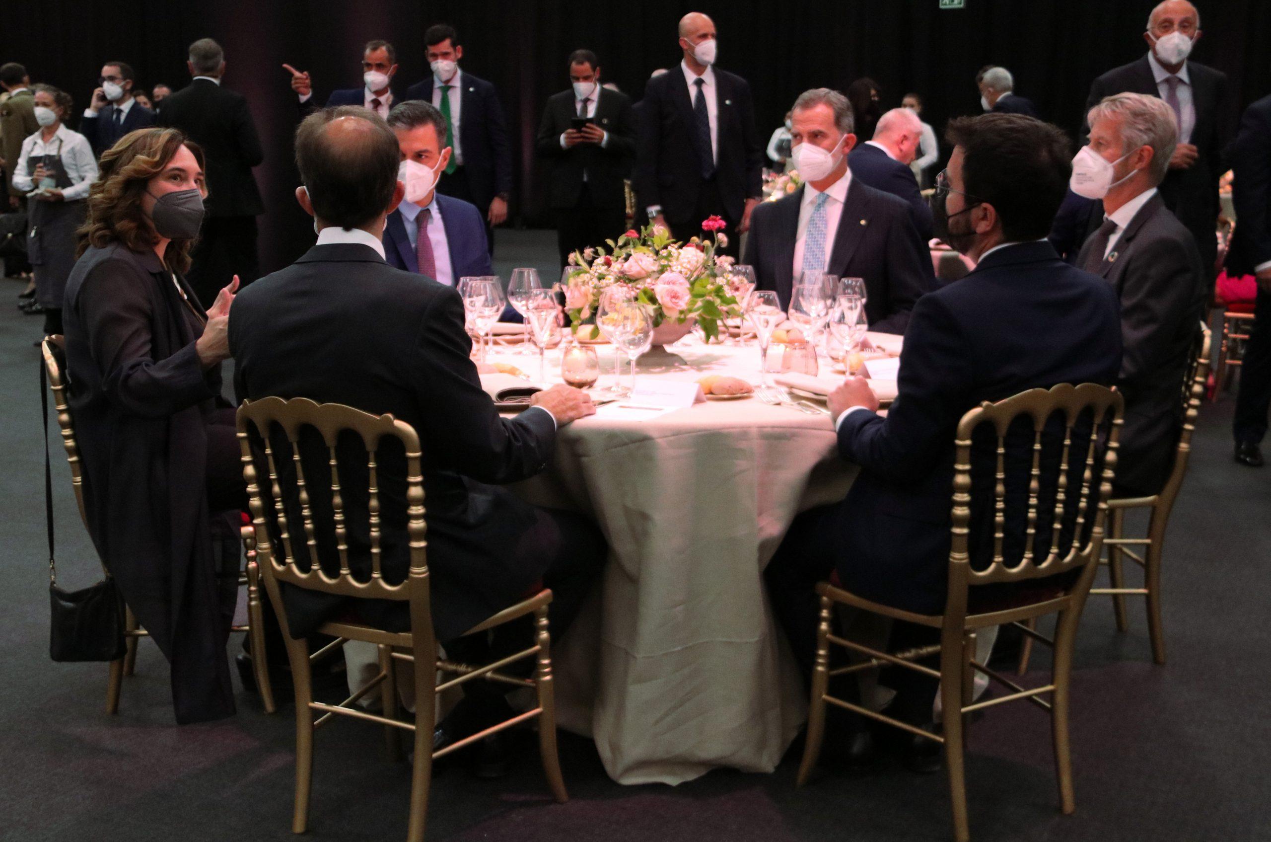 La taula presidencial del sopar inaugural del Mobile World Congress (MWC) 2021 amb el rei Felip VI, els presidents Pedro Sánchez i Pere Aragonès, i l'alcaldessa de Barcelona, Ada Colau / ACN