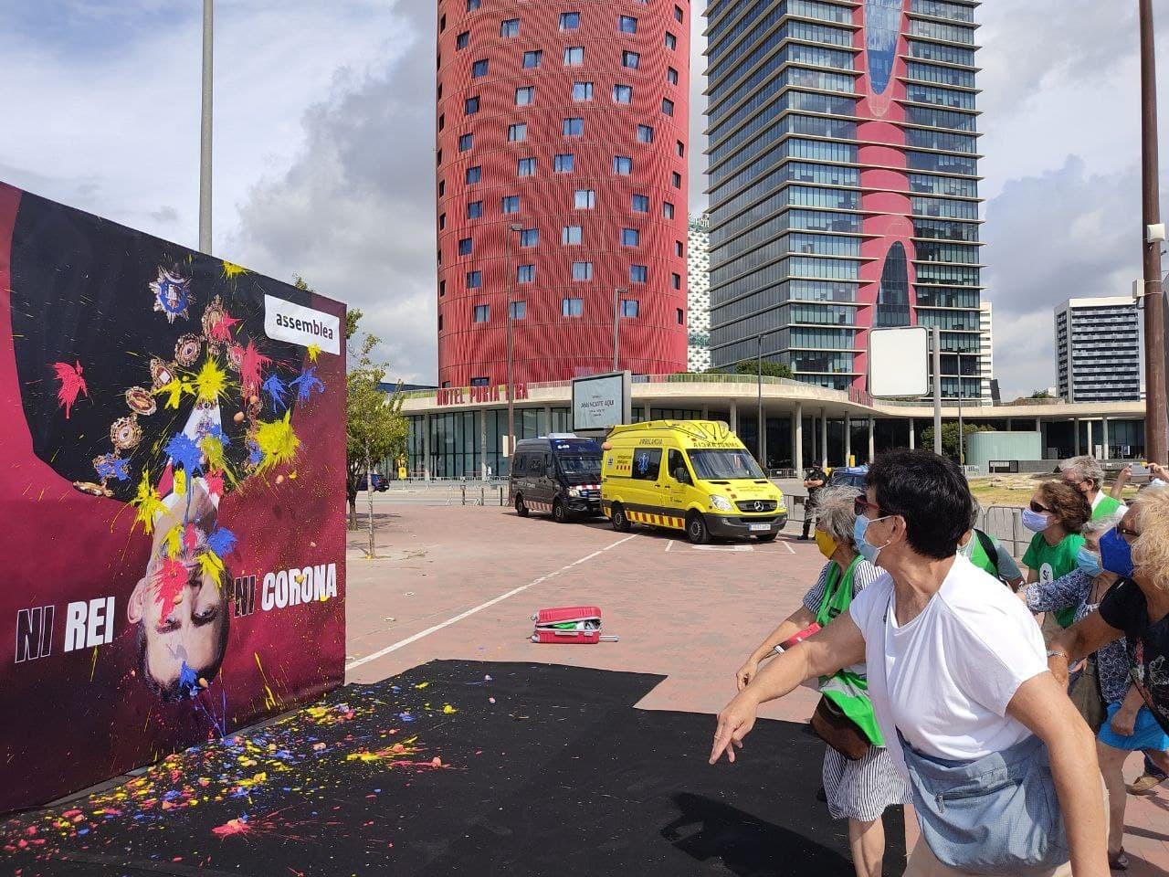 Acció sorpresa de l'ANC per la visita de Felip VI al Mobile