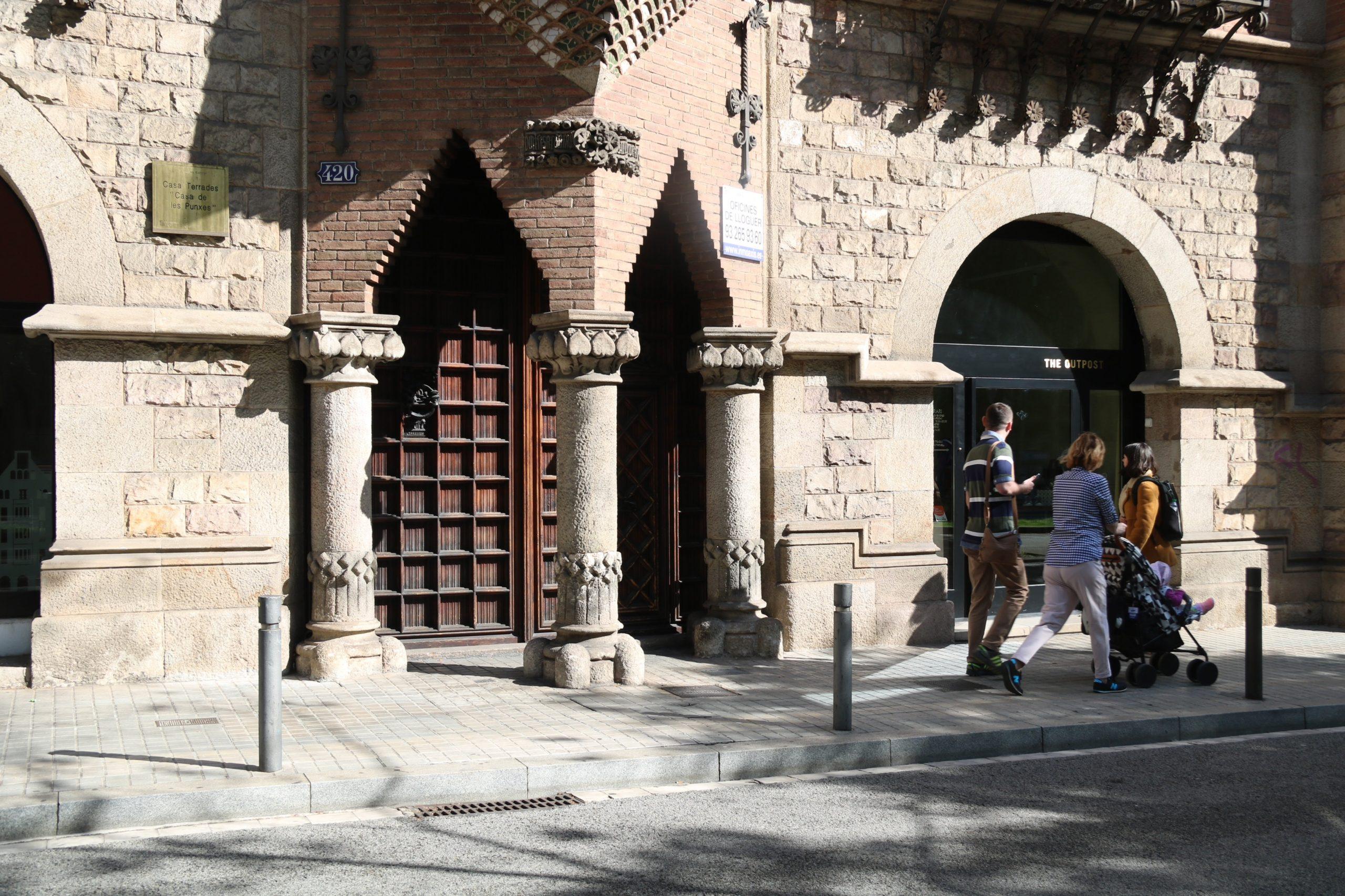 L'entrada de la seu del Diplocat tancada mentre la Guàrdia Civil feia un registre al seu interior l'abril del 2018   ACN