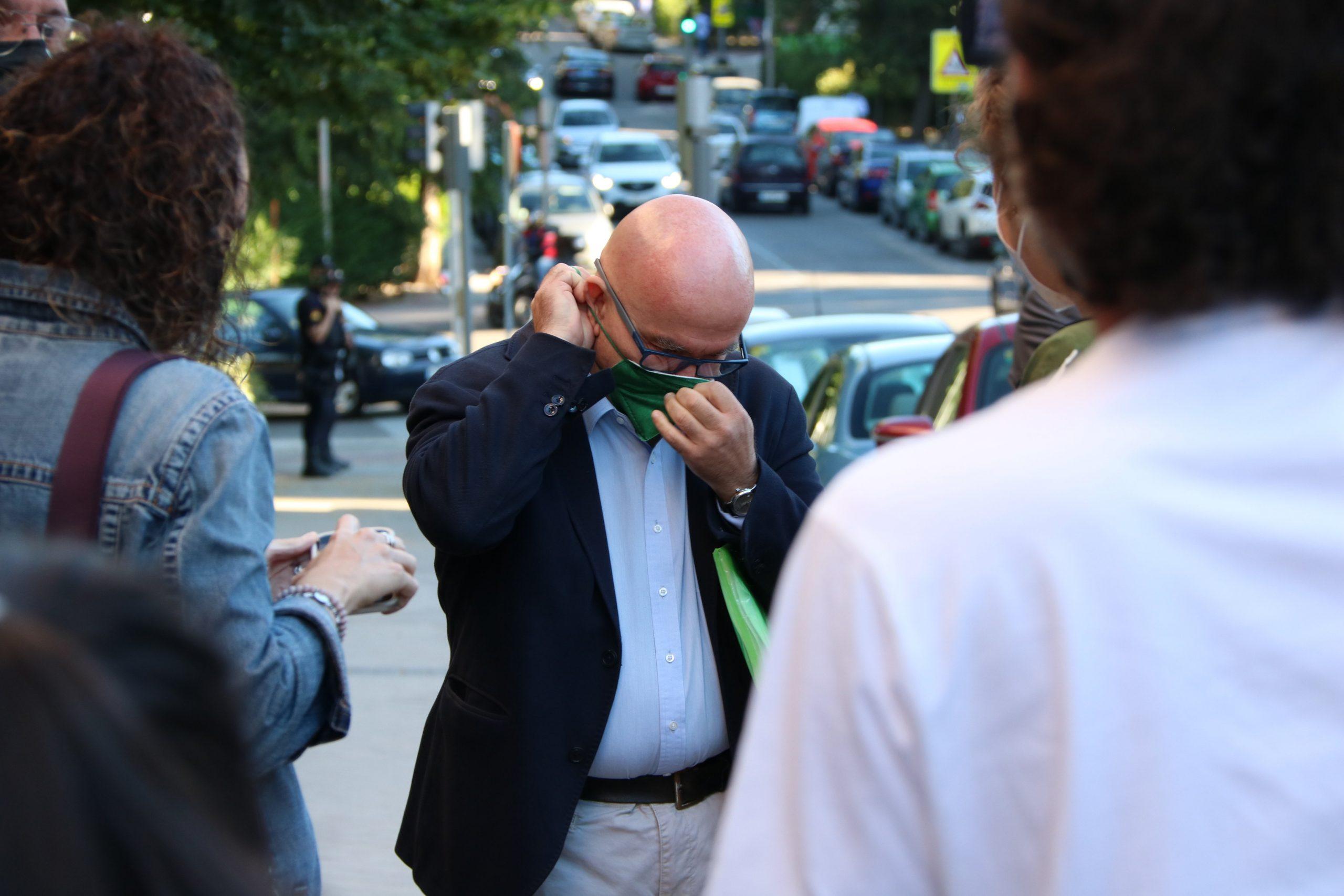 L'advocat de Puigdemont, Gonzalo Boye, abans d'atendre els mitjans a l'entrada del Tribunal de Comptes,aquest matí/ACN