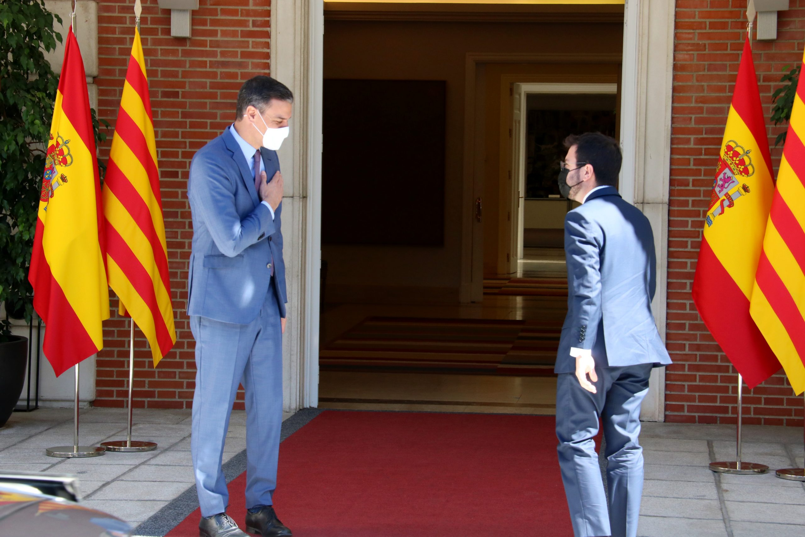 El president espanyol, Pedro Sánchez, saluda el president de la Generalitat, Pere Aragonès, a l'escala de la Moncloa | ACN