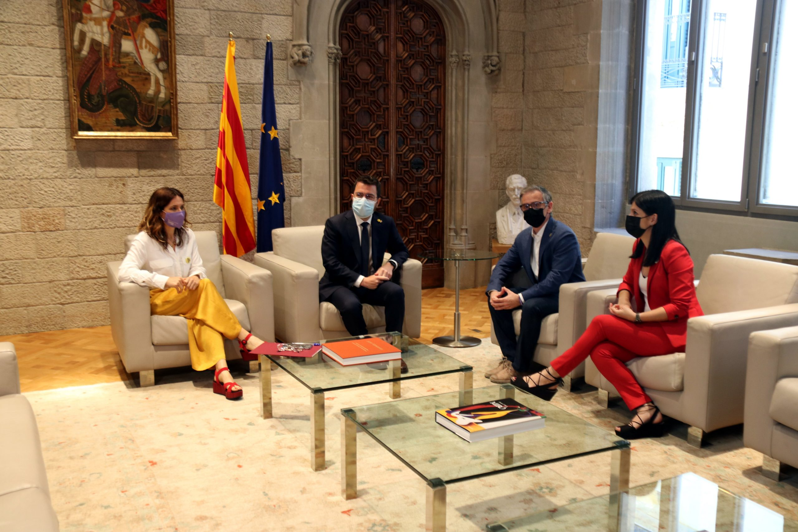 El president, Pere Aragonès, i la consellera de Presidència, Laura Vilagrà, amb Josep Maria Jové i Marta Vilalta (ERC) al Palau de la Generalitat / ACN