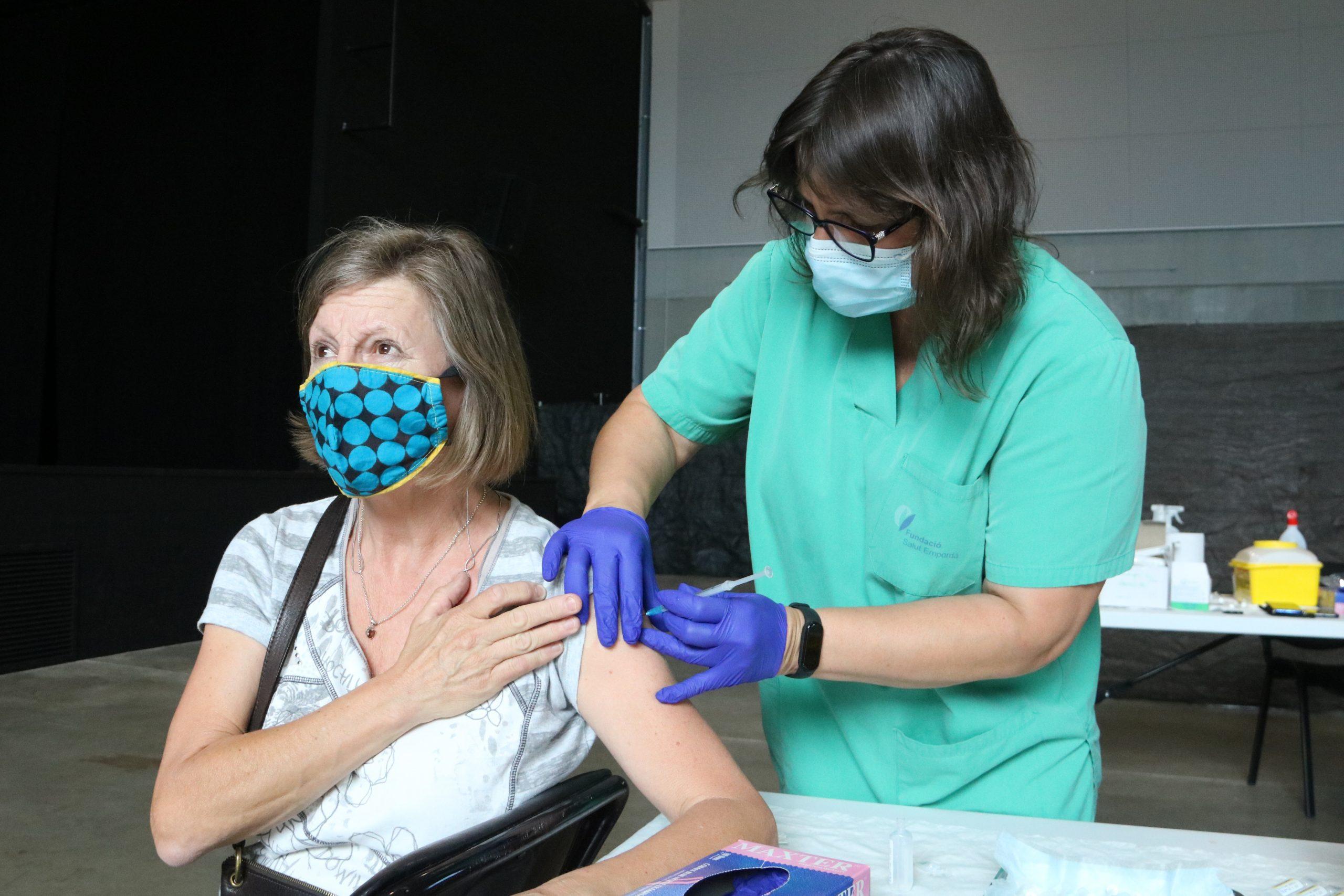 Una dona rebent la vacuna a l'Escala   ACN