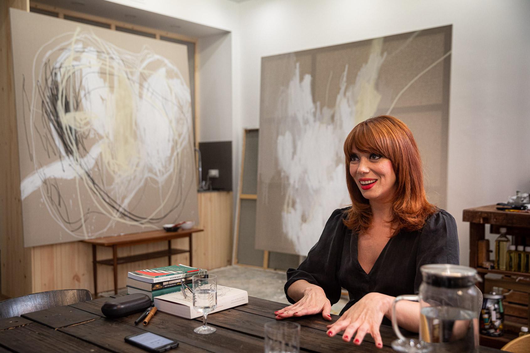 Paula Bonet durant l'entrevista amb El Món al seu taller, on hi té les pintures amb les què ara està treballant | Jordi Borràs