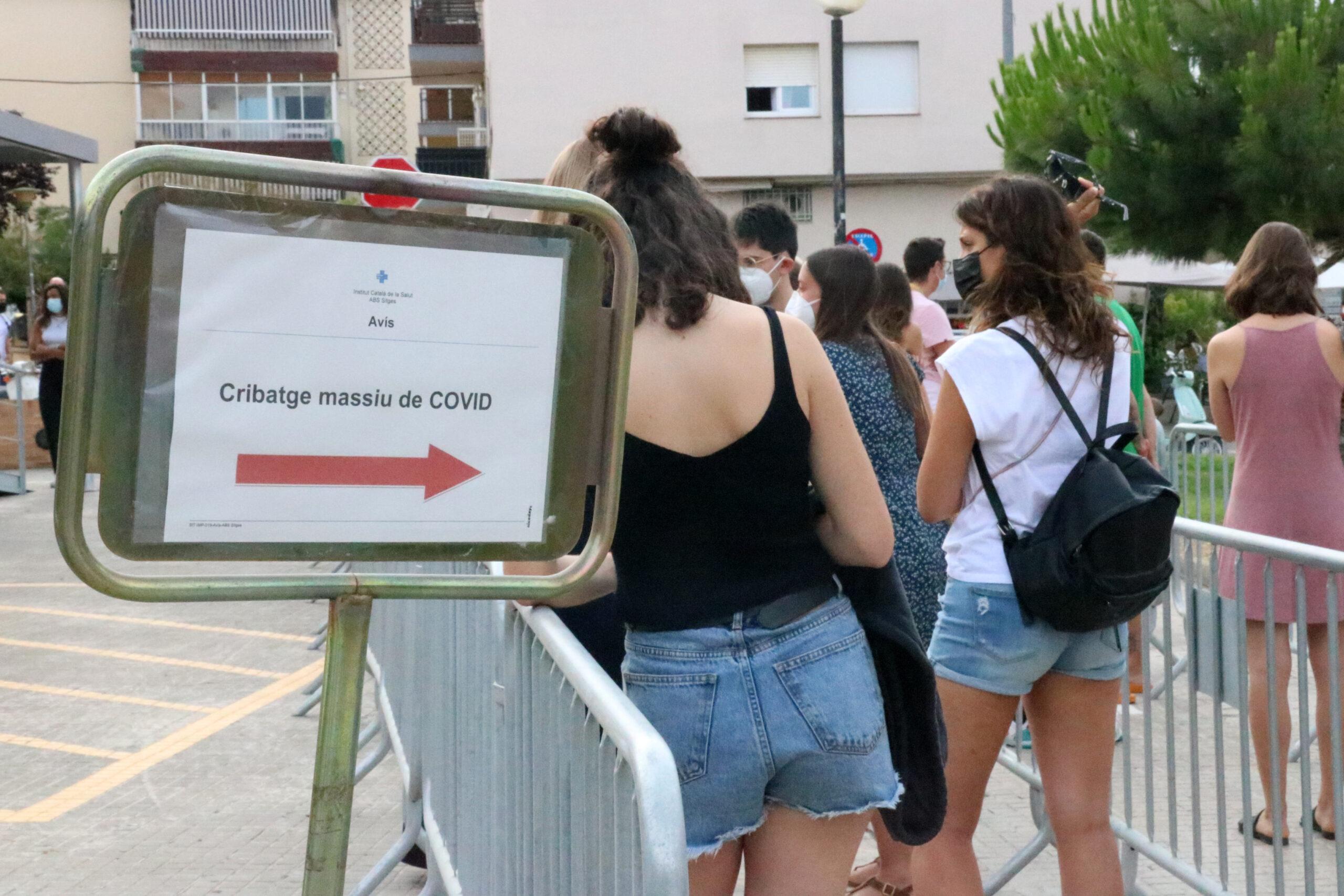 La cua del cribratge massiu de covid-19 a Sitges adreçat a gent jove, el 7 de juliol del 2021. / ACN