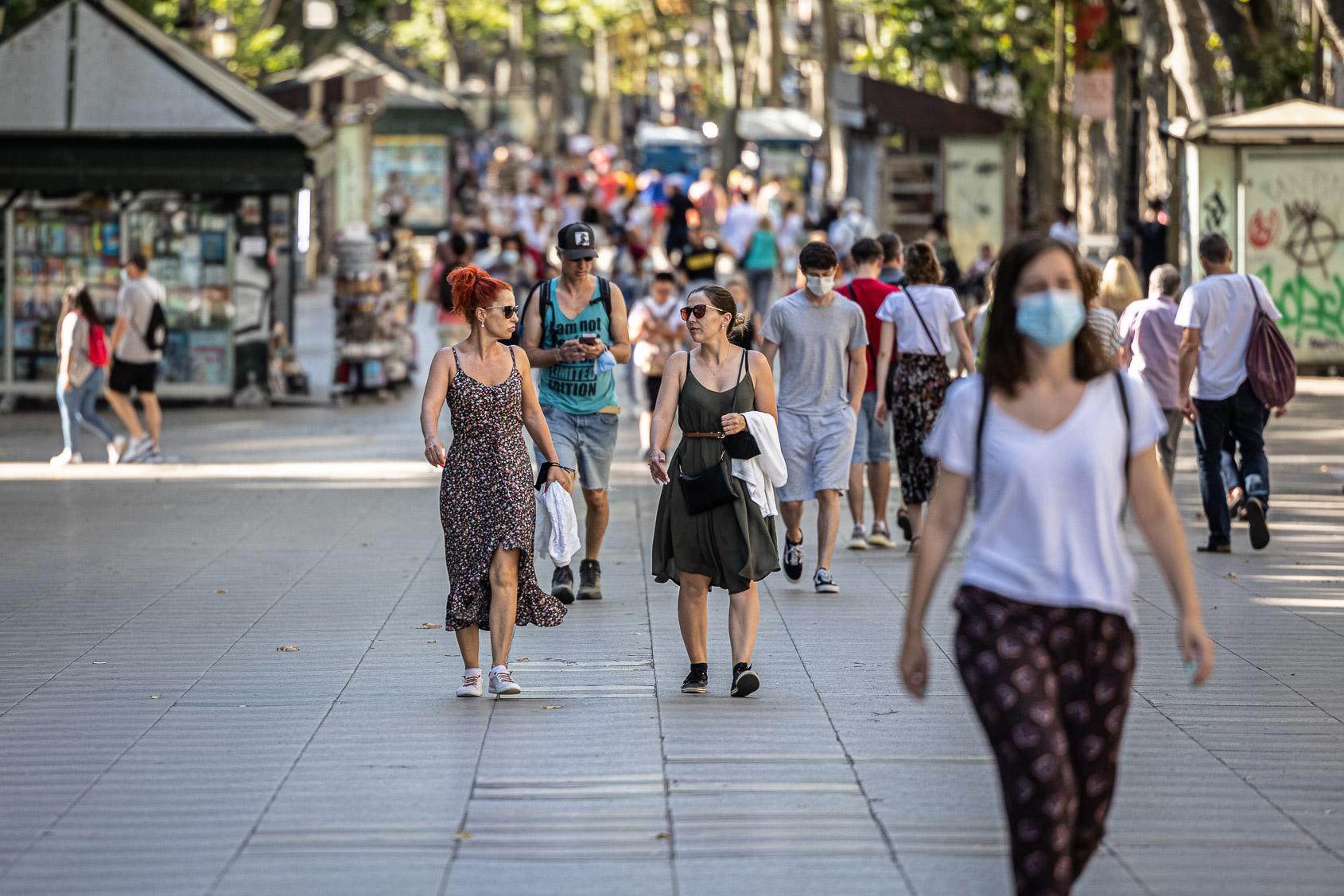 Vianants amb mascareta i d'altres que sí que en porten a principis de juliol a Barcelona / Jordi Borràs