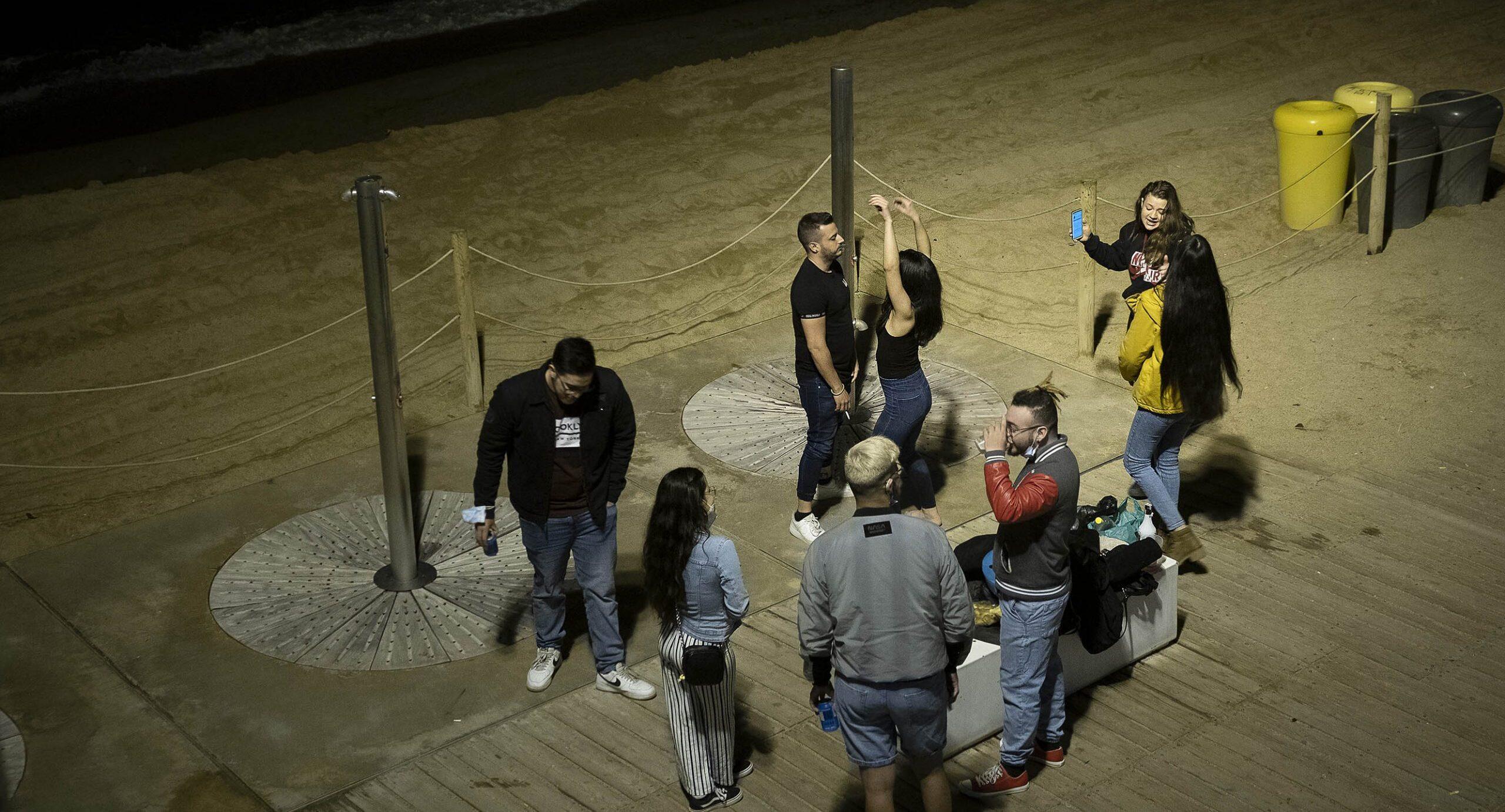 Botellons i festa a la platja de Barcelona, la primera nit de divendres després de la fi del toc de queda / Jordi Play
