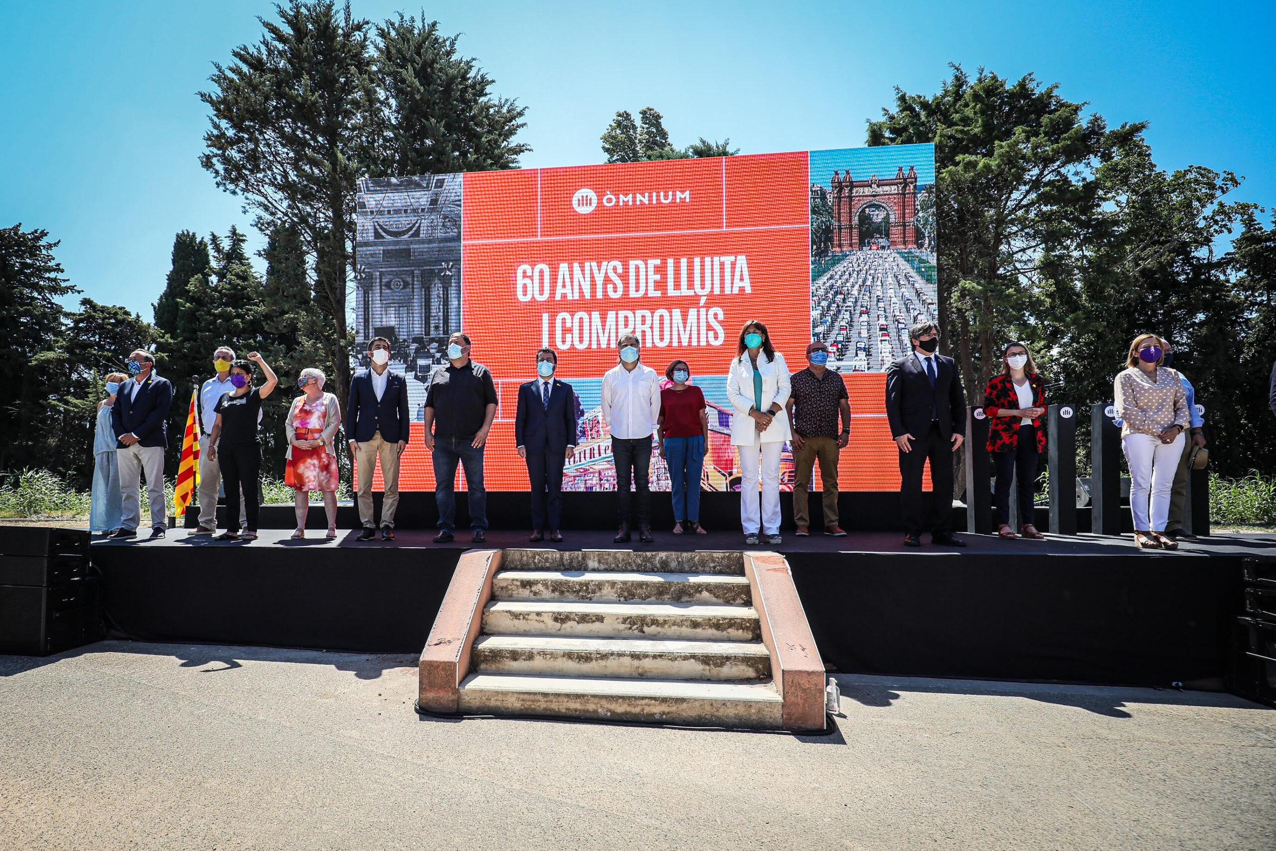 Imatge icònica del sobiranisme unit pels 60 anys d'Òmnium, a Elna/Jordi Borràs