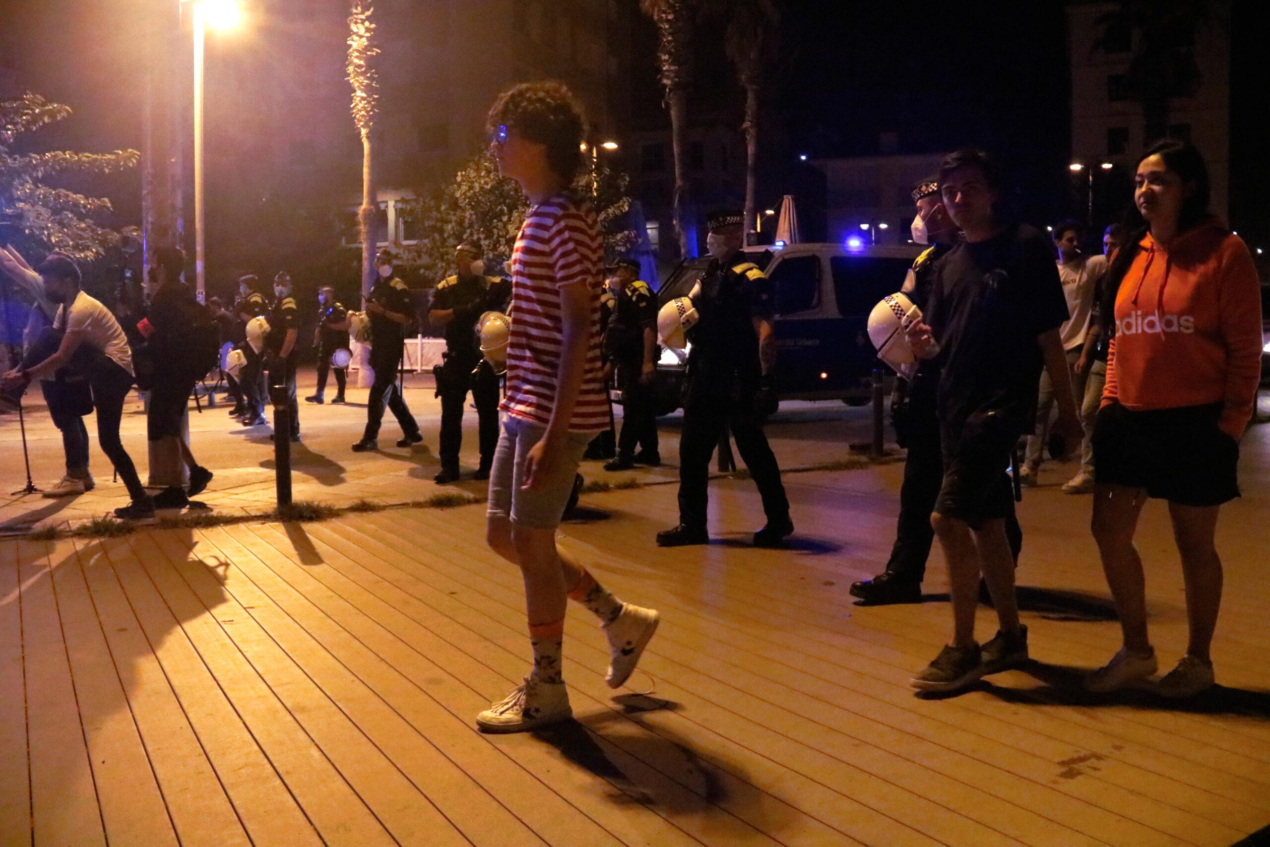 Agents de la Guàrdia Urbana desallotgen les persones que hi ha a la Barceloneta passat l'inici del toc de queda nocturn / ACN