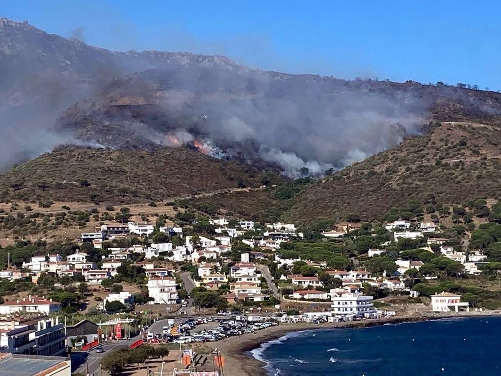 La fumarada de l'incendi de Llançà vist des del Port de la Selva, el 17 de juliol del 2021 / ACN