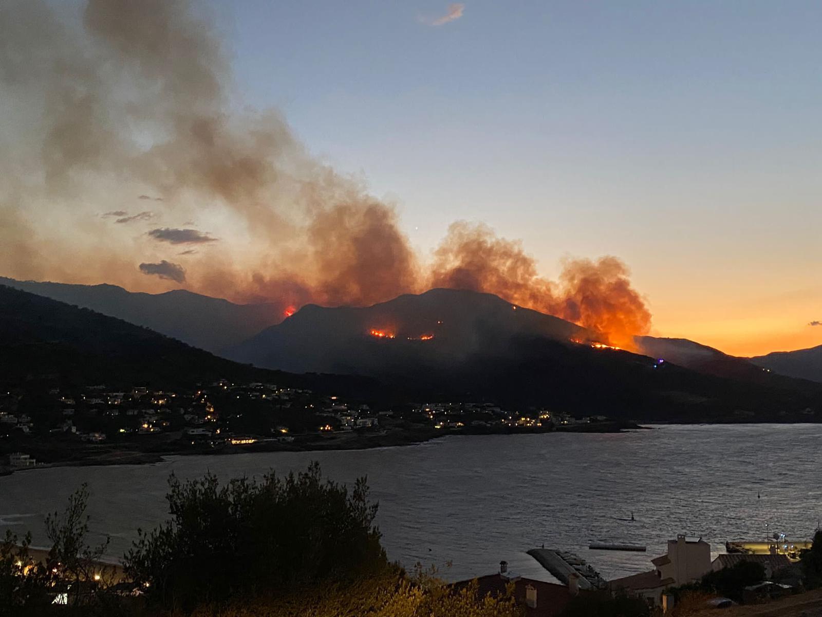 Un incendi forestal entre Llançà i Port de la Selva vist des d'aquest últim municipi el 16 de juliol del 2021 / ACN