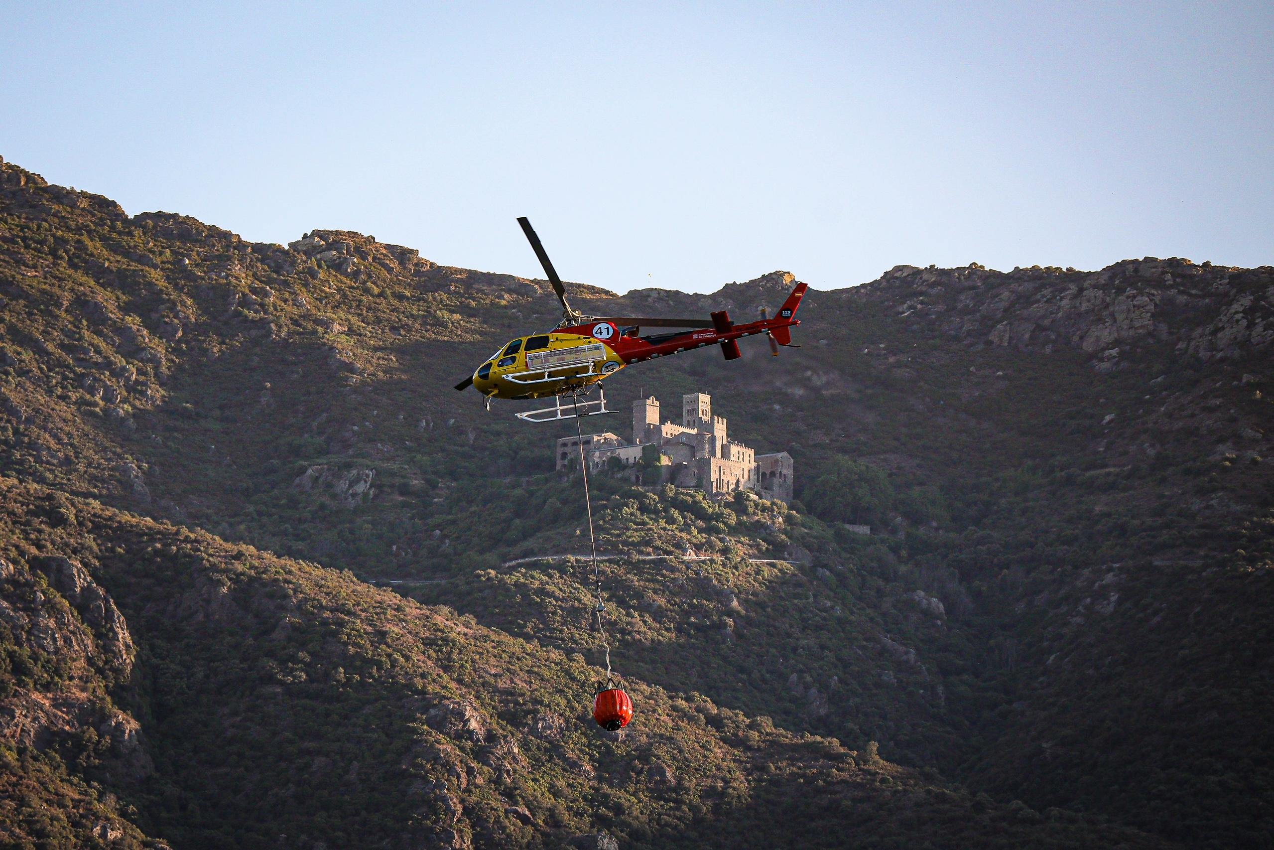 Un helicòpter dels Bombers a prop del monestir de Sant Pere de Rodes, treballant en l'incendi de Llançà / Jordi Borràs