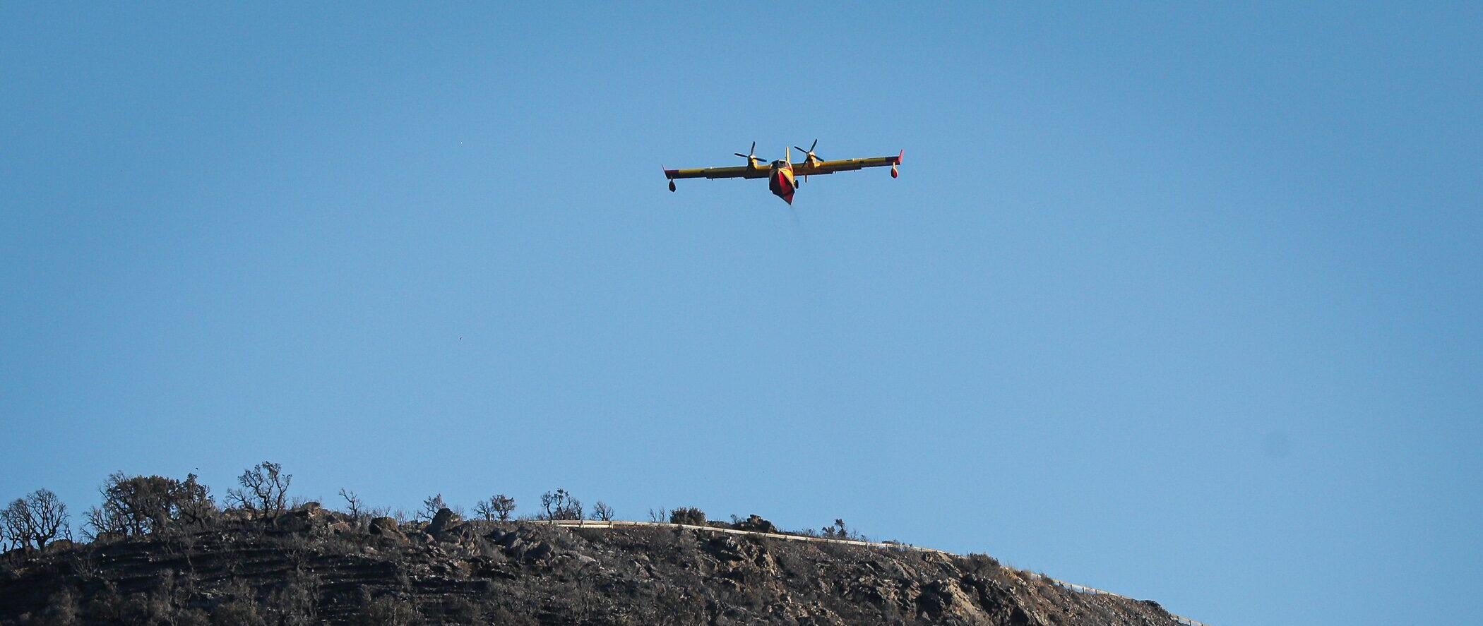 Una avioneta a prop del monestir de Sant Pere de Rodes, treballant en l'incendi de Llançà / Jordi Borràs