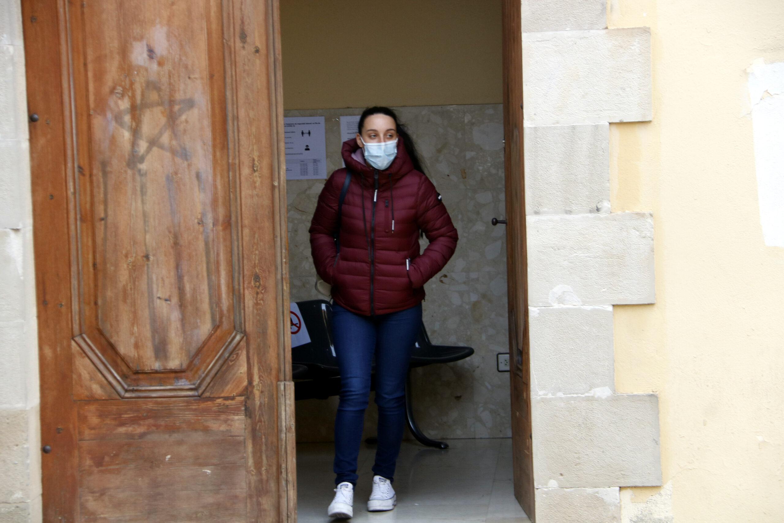 La mare del nadó d'un mes mort a Tàrrega, sortint dels jutjats de Cervera després de declarar. Imatge del 12 de novembre de 2020. (ACN)