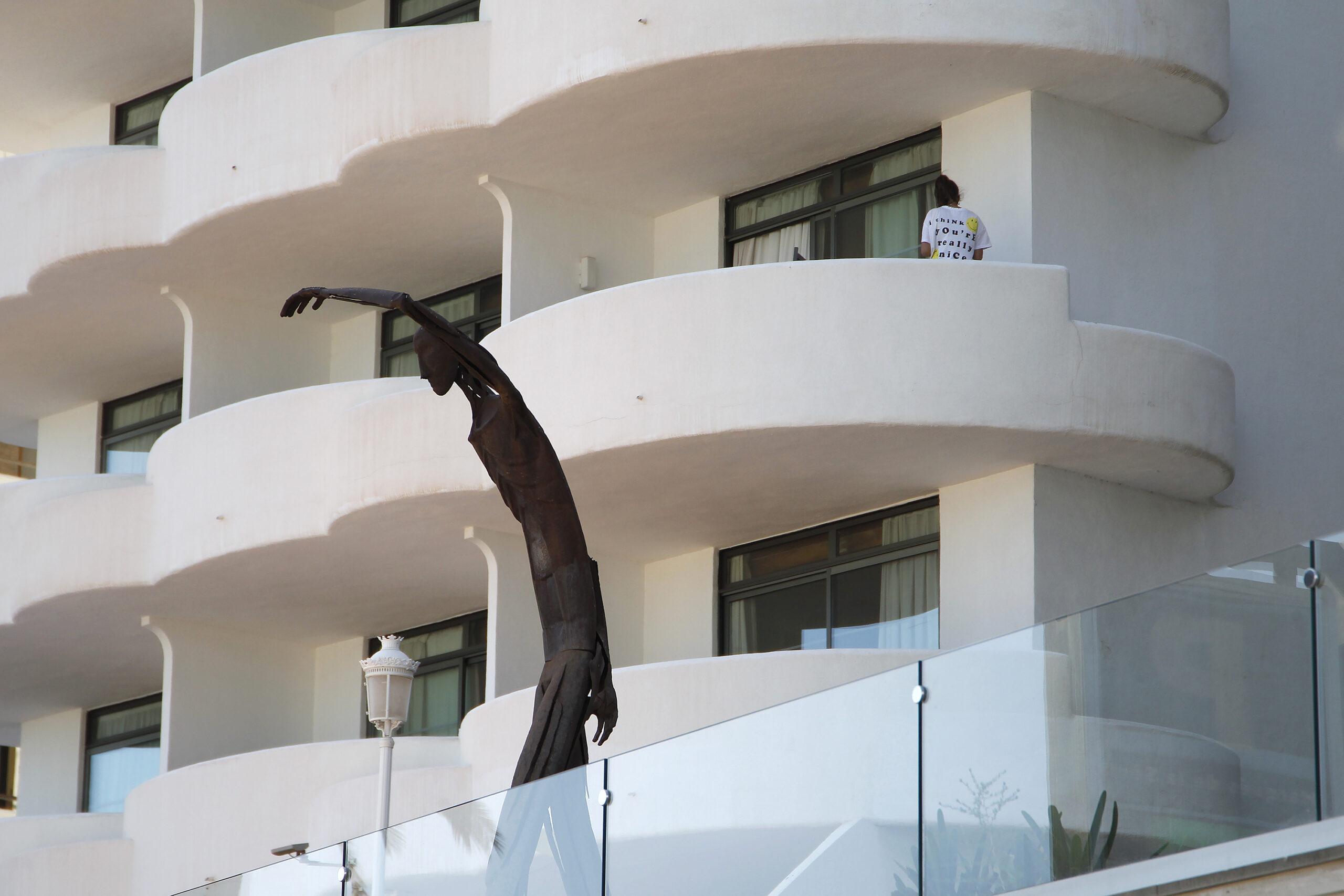 Un jove en un balcó de l'hotel Palma Bellver, on estaven confinats els 250 estudiants protagonistes d'un brot de Covid durant els seus viatges de fi de curs / EUROPA PRESS