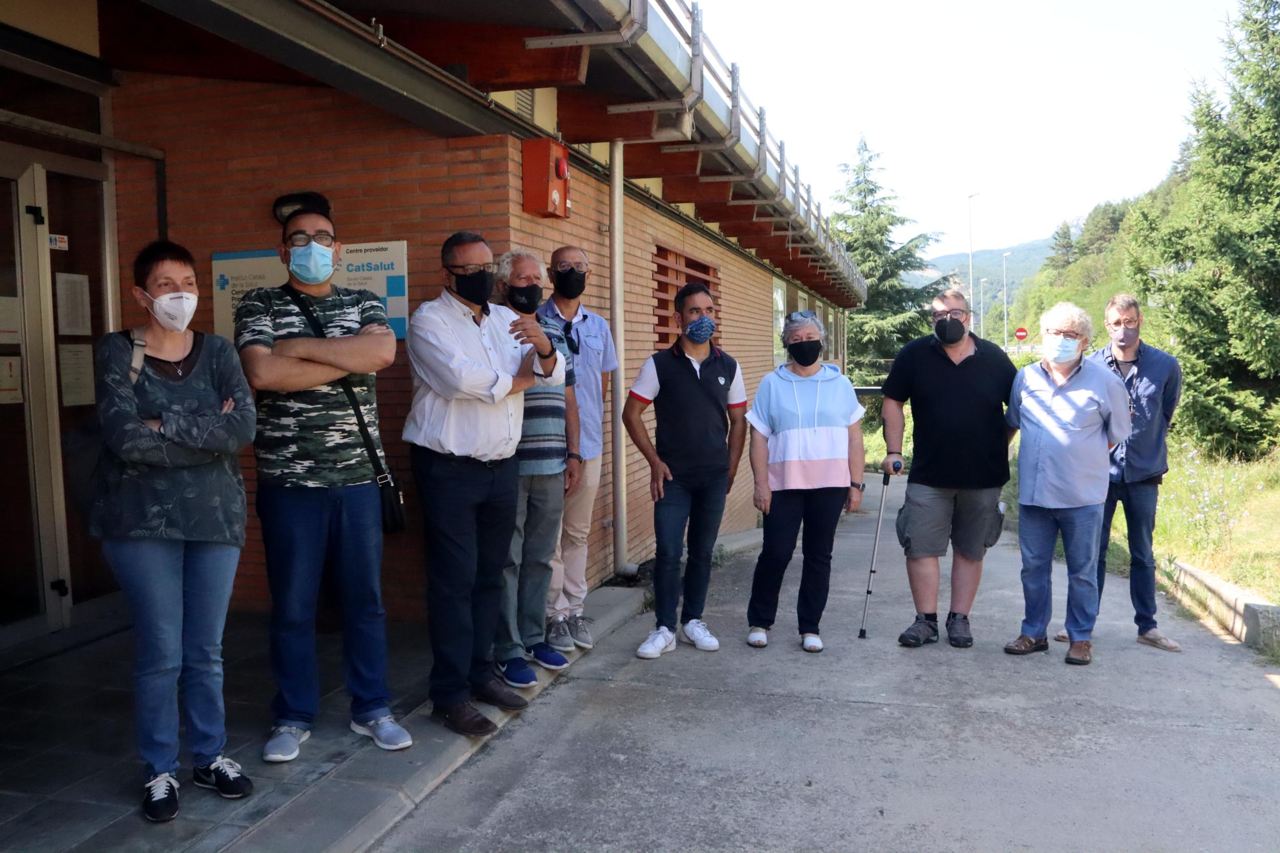 Alcaldes i regidors de l'Alt Berguedà davant del CAP de Guardiola de Berguedà / ACN
