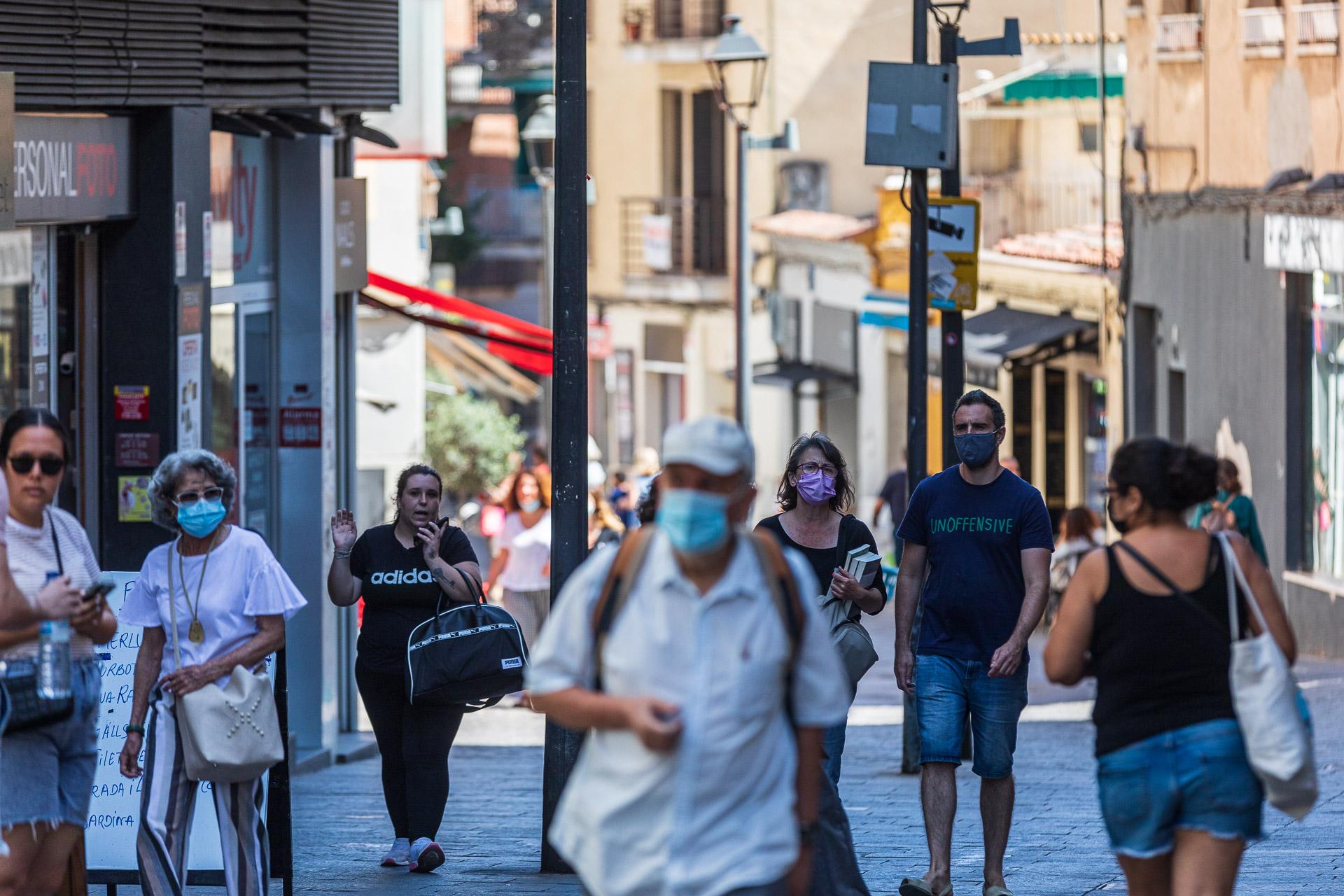Vianants amb mascareta i d'altres sense mascareta a Sant Cugat, el juliol del 2021 / Jordi Borràs