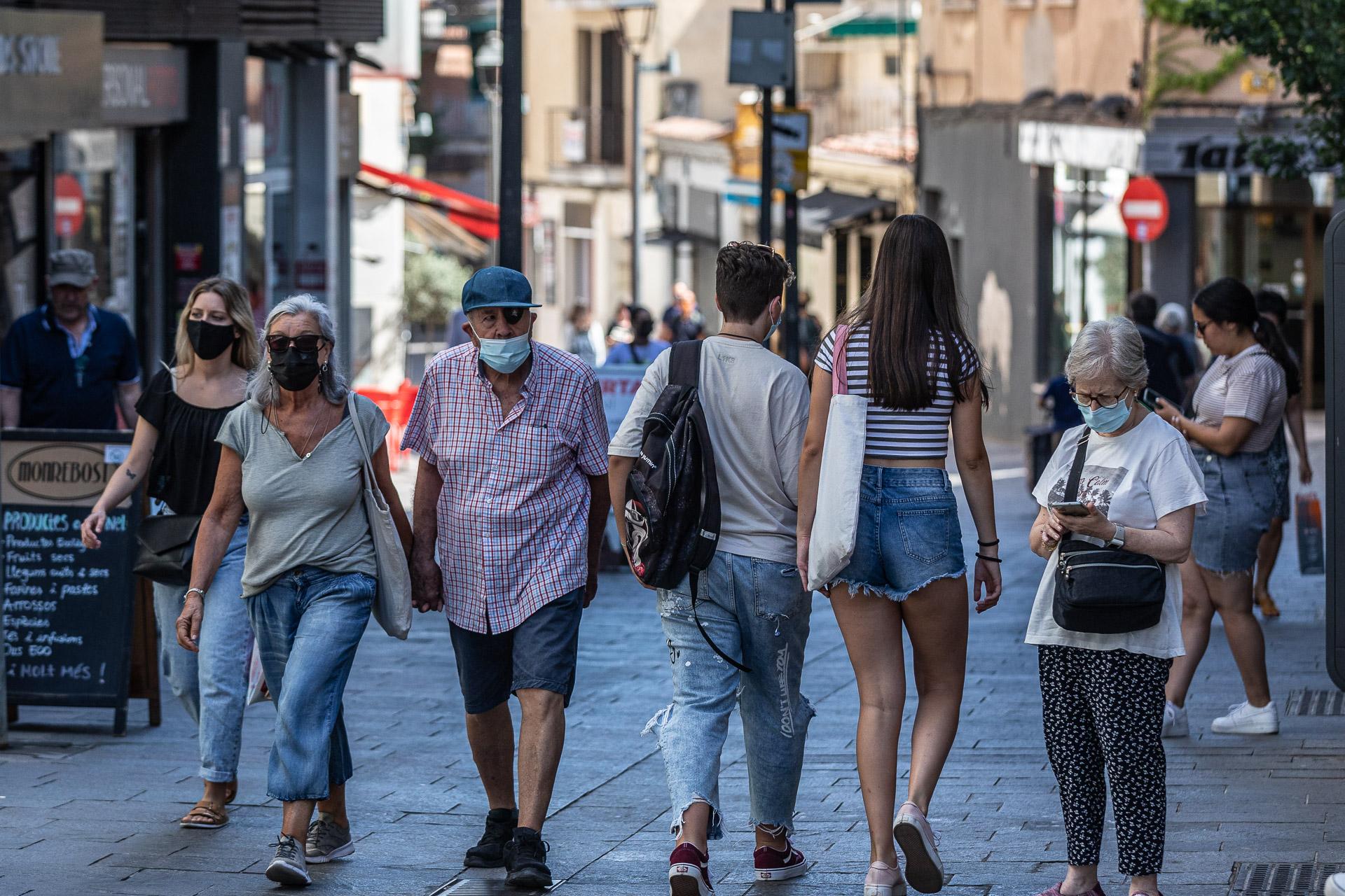 Vianants amb mascareta a Sant Cugat, en plena cinquena onada, el juliol del 2021 / Jordi Borràs
