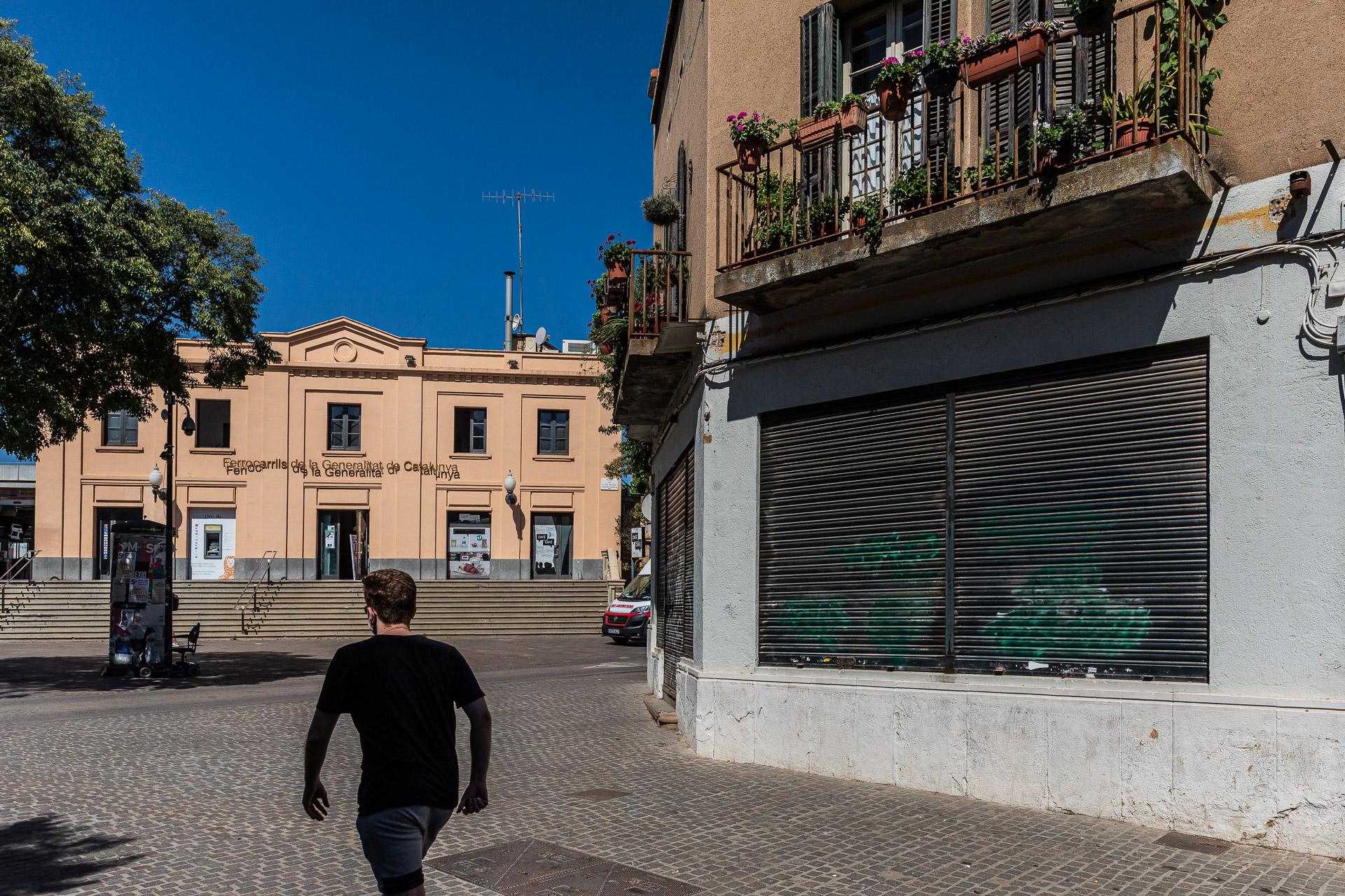 La plaça de l'Estació de Sant Cugat i, en primer terme, el bar Catalunya, tancat / Jordi Borràs