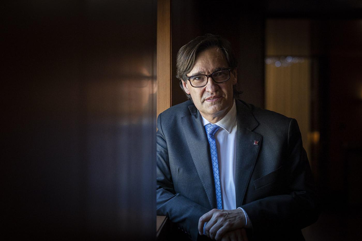 Salvador Illa, president del grup parlamentari del PSC i cap de l'oposició, en un passadís del Parlament / Jordi Borràs