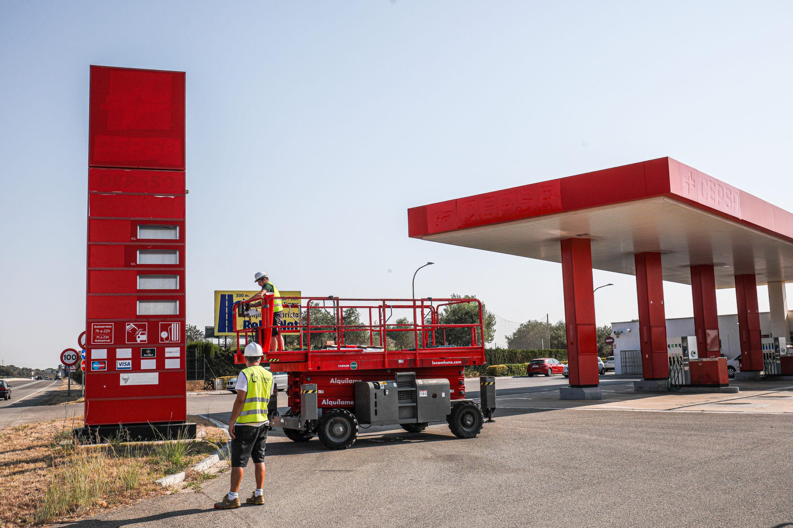 Operaris retiren el rètol de Cepsa de la benzinera que a partir d'ara regenta Petrolis Independents / Jordi Borràs