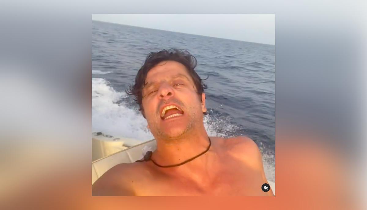 Joel Joan en el vídeo en una barca que sacseja la xarxa
