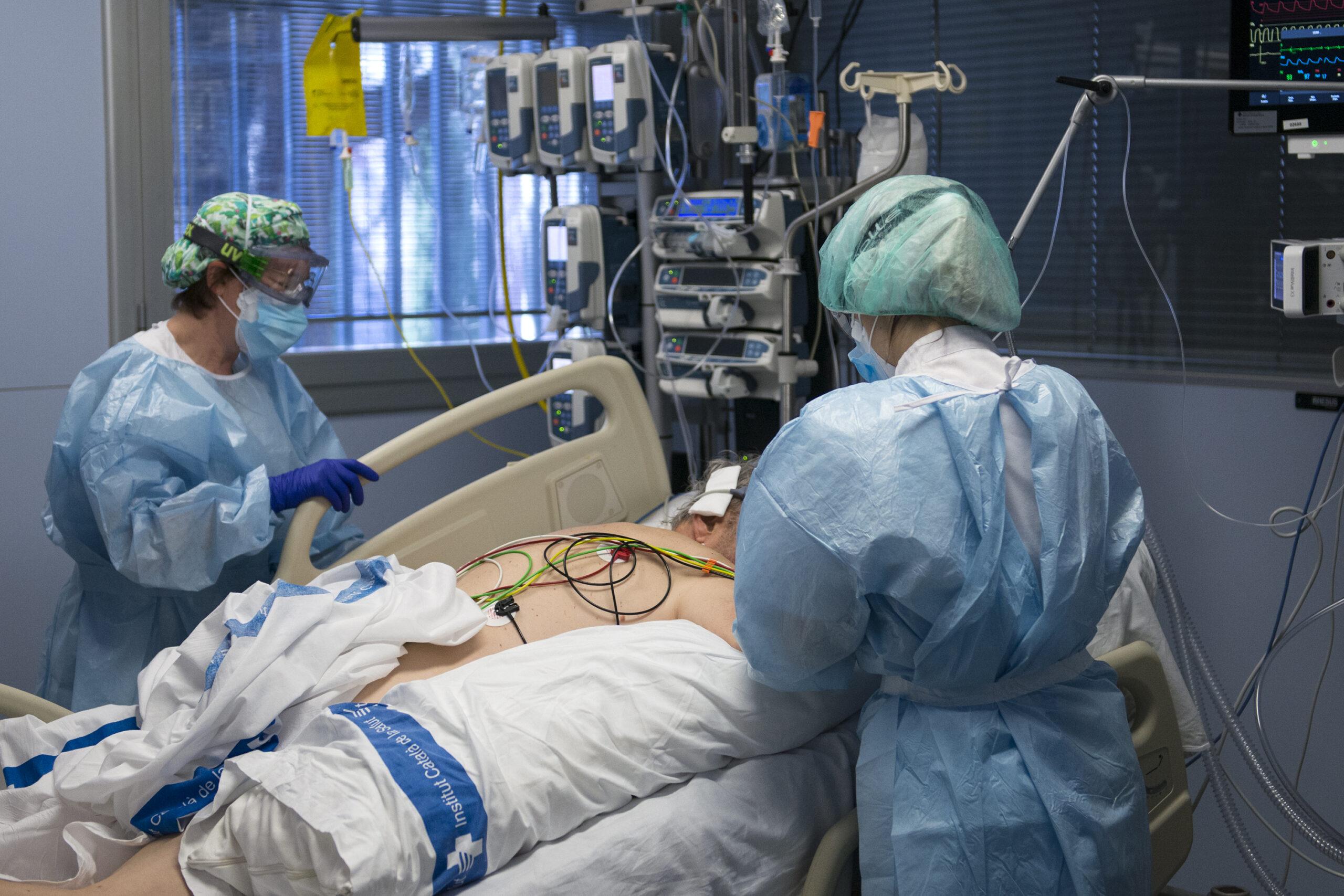 Personal sanitari atenent a un pacient ingressat per Covid / EUROPA PRESS
