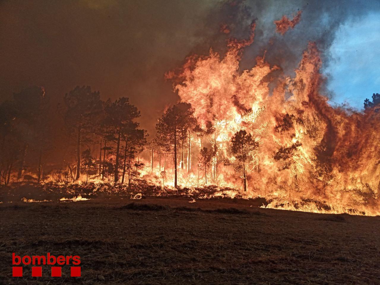 Una de les imatges del foc a Santa Coloma de Queralt / Bombers