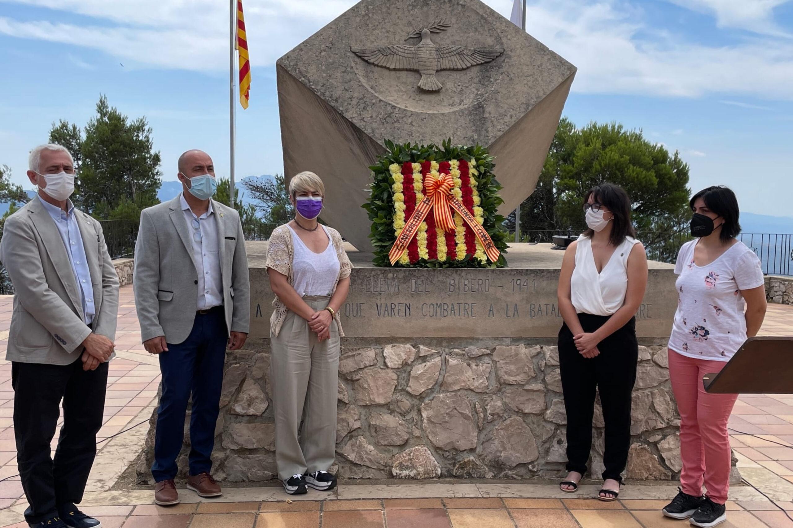 La consellera Ciuró i altres autoritats durant l'homenatge al Pinell del Brai (Terra Alta) dels combatents a la Batalla de l'Ebre / ACN