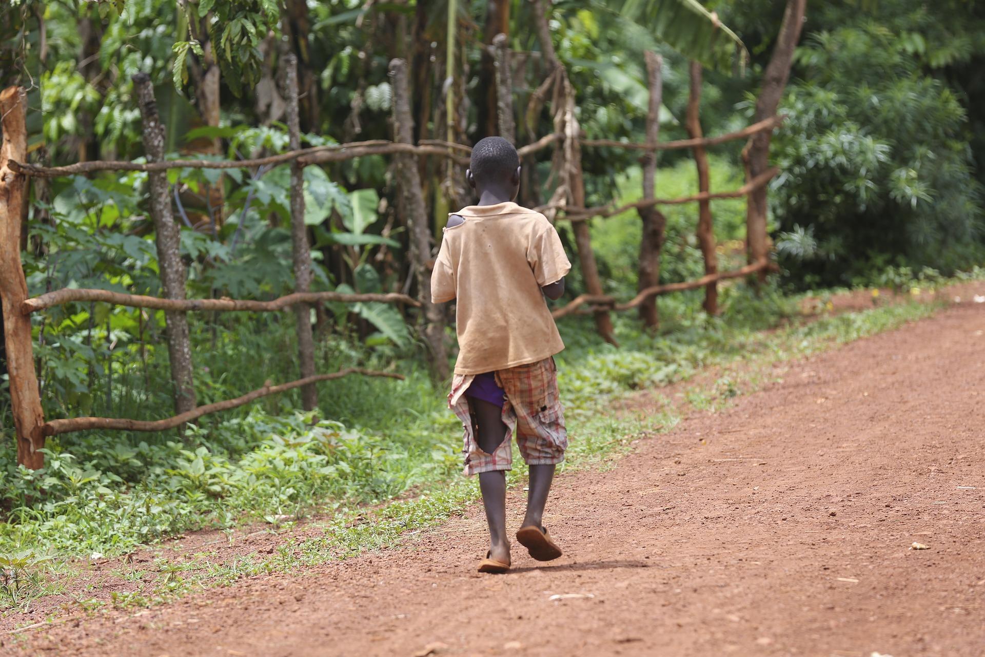 Un nen en situació de pobresa a Madagscar / Pixabay