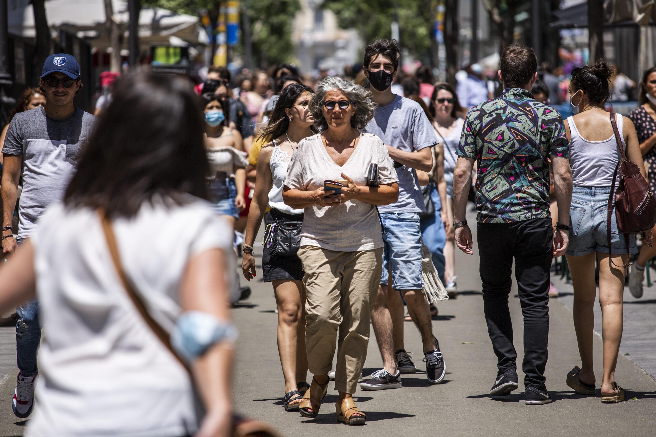 Una dona passeja sense mascareta a Madrid | Europa Press