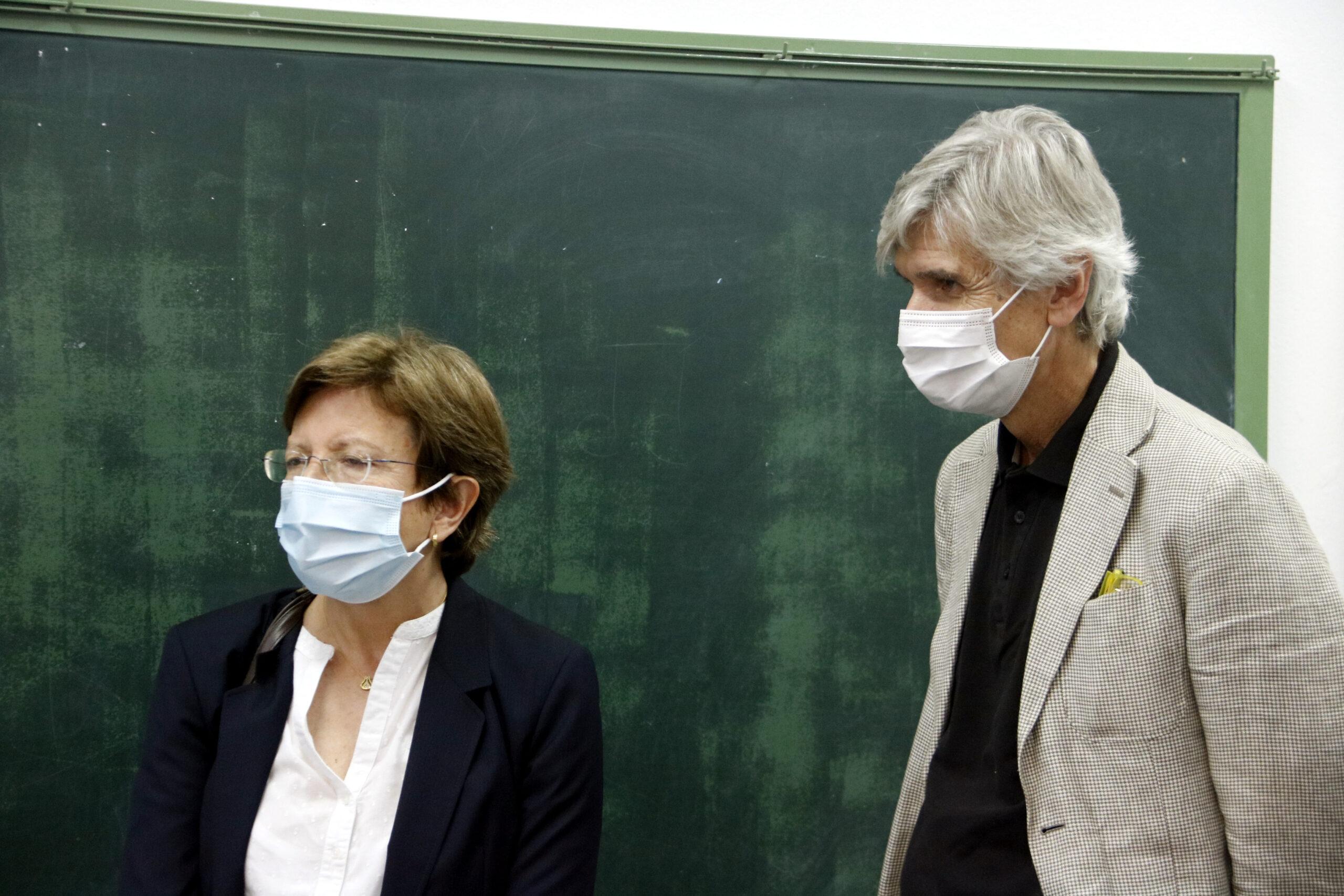 El conseller de Salut, Josep Maria Argimon, amb la secretària de Salut Pública, Carmen Cabezas, al punt de vacunació de covid-19, a Alcarràs (ACN)